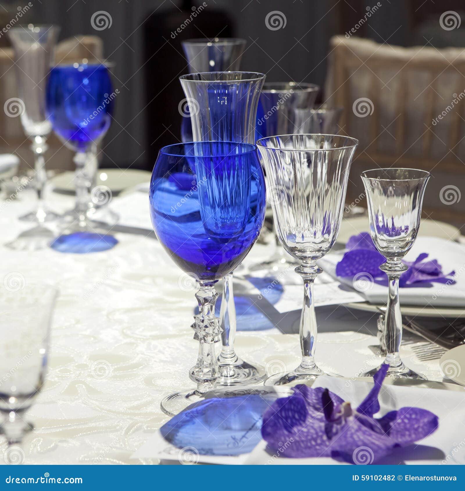 在板材的餐巾在欢乐桌上服务