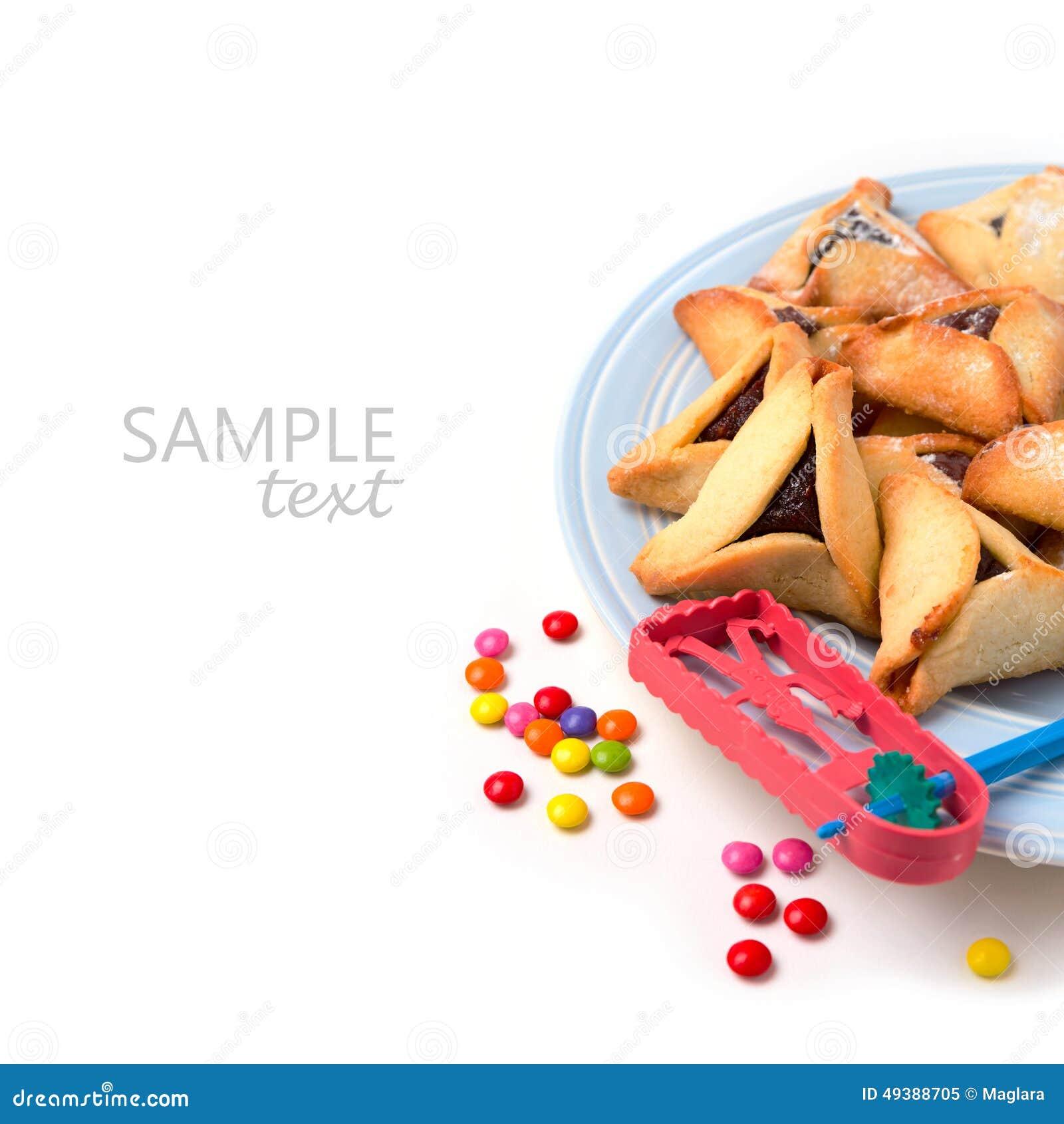 在板材的Hamantaschen在白色背景的曲奇饼和grogger