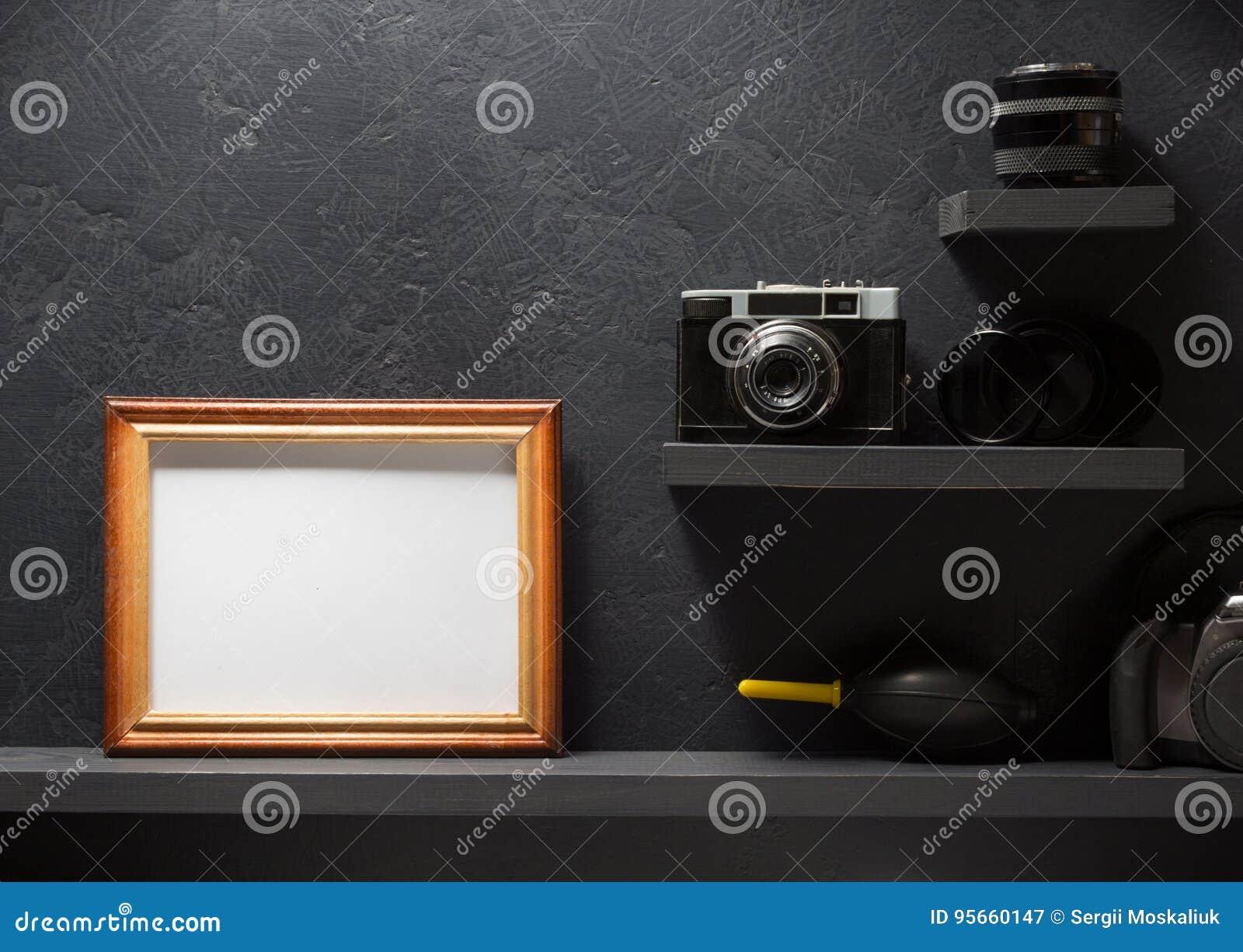 在架子墙壁木头的老照相机