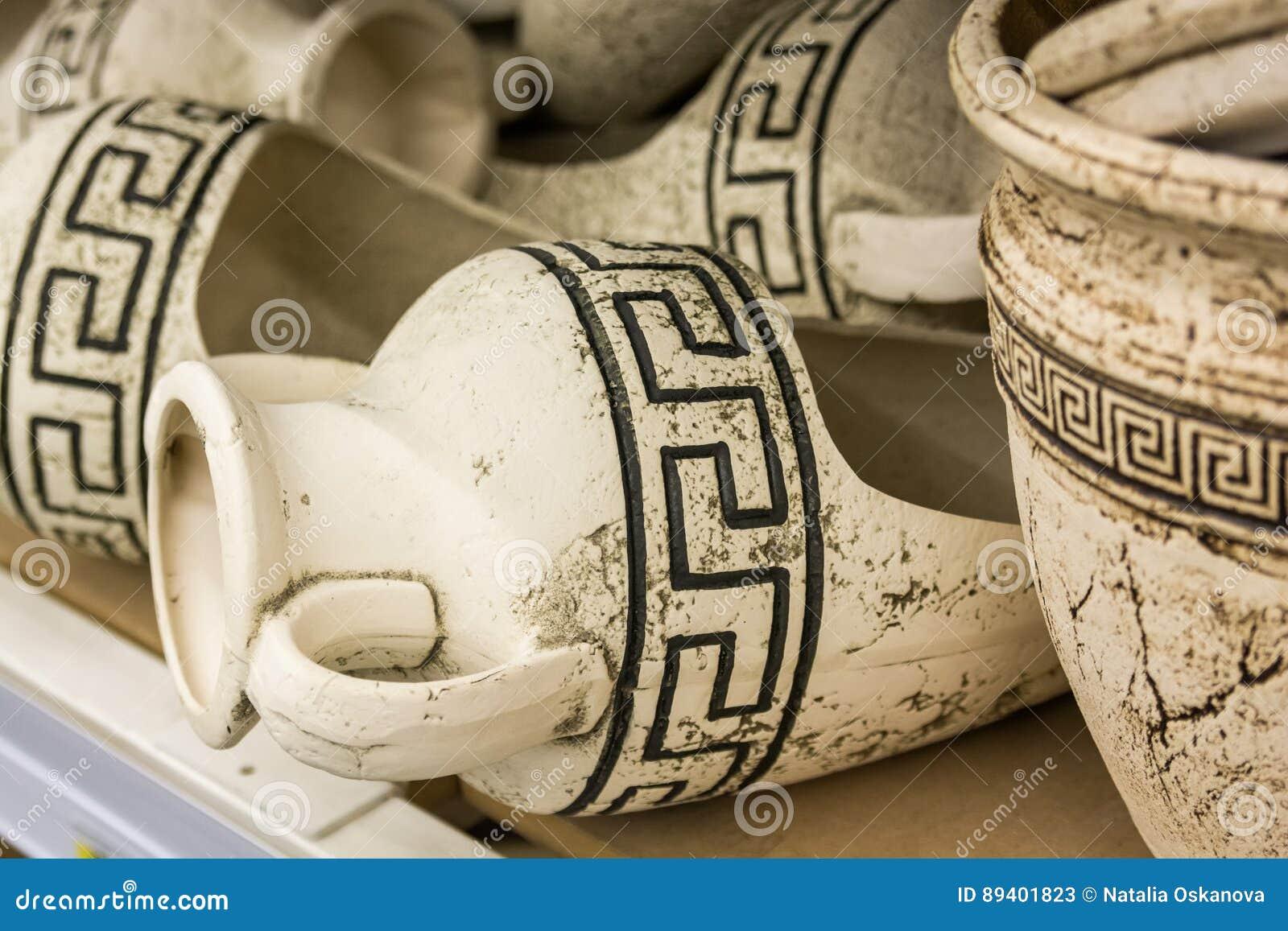 在架子的古希腊油罐