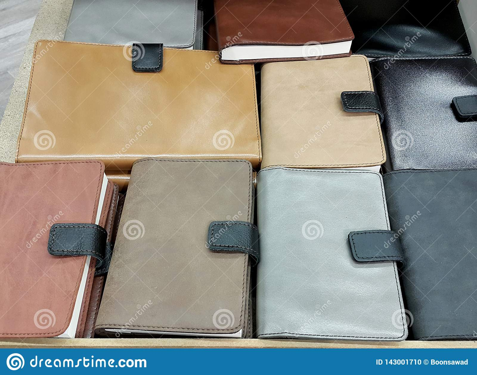 在架子背景的皮革盖子笔记本