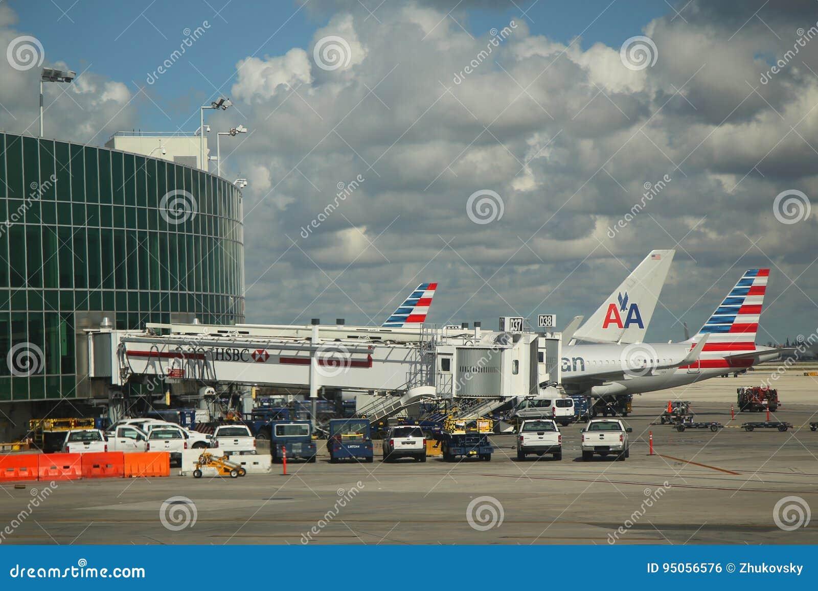 在柏油碎石地面的美国航空飞机在迈阿密国际机场