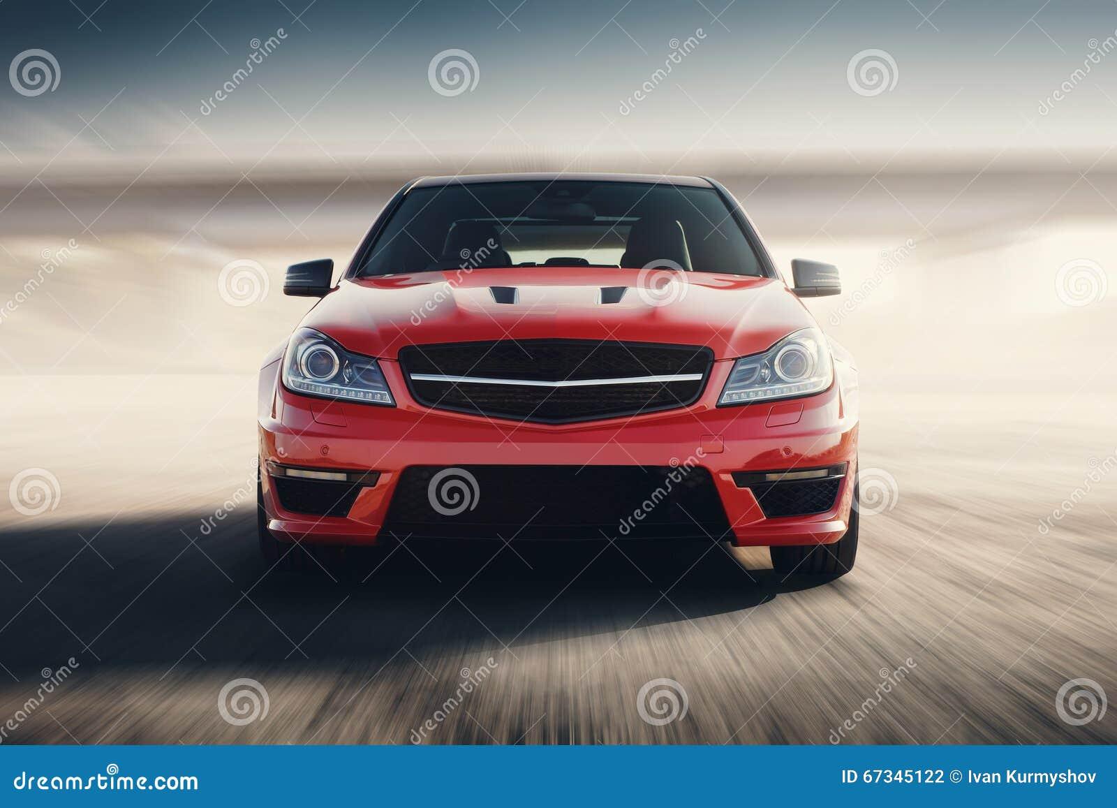 在柏油路的红色跑车快速的推进速度