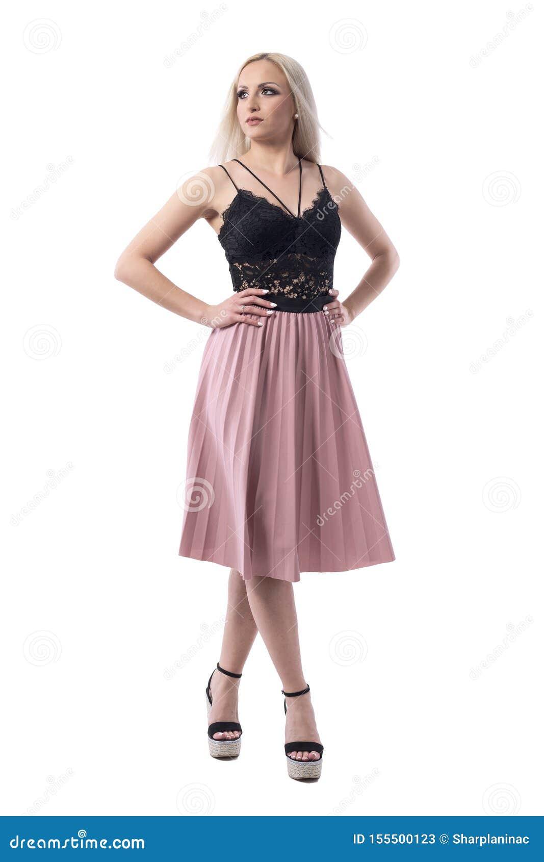 在查寻用在臀部的手的夏天时髦的衣裳的典雅的美好的白肤金发的时装模特儿