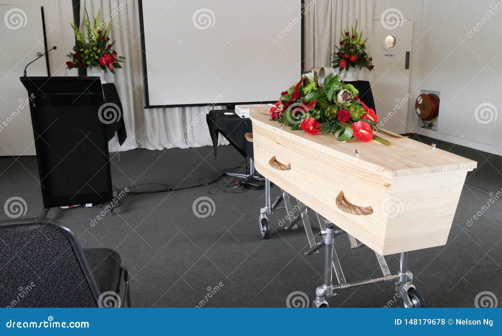 在柩车的葬礼在公墓的小箱或教堂或者埋葬
