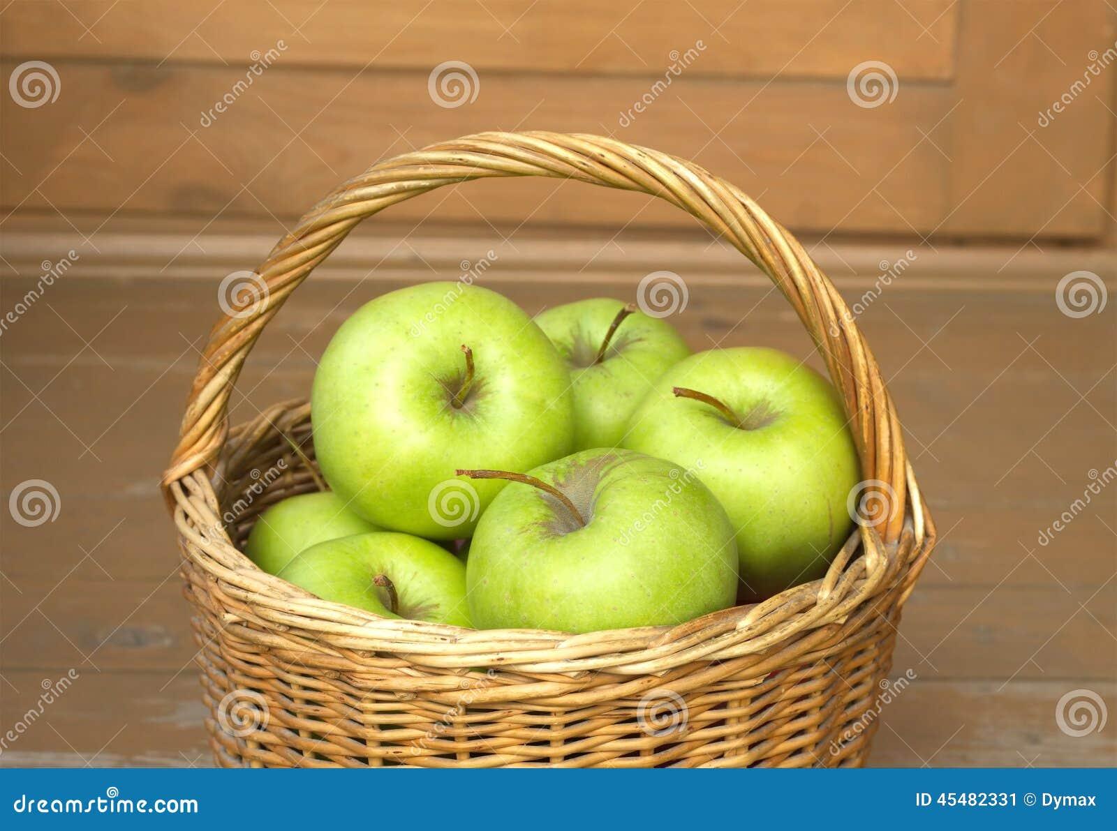 在柳条筐特写镜头的成熟绿色苹果
