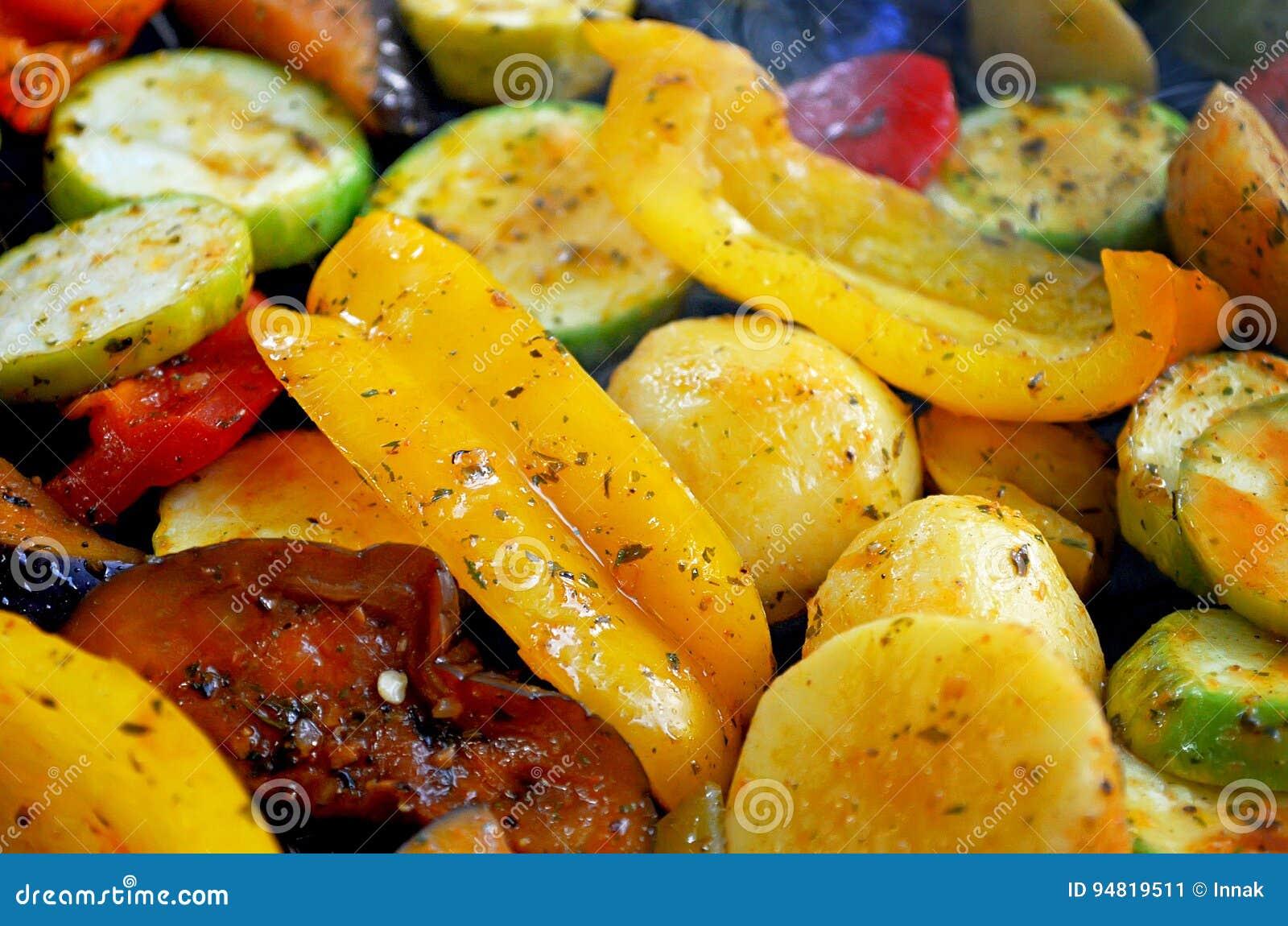 在栅格格栅是油煎的菜 土豆、蕃茄、胡椒、茄子、黄瓜、夏南瓜、红萝卜和调味料与o