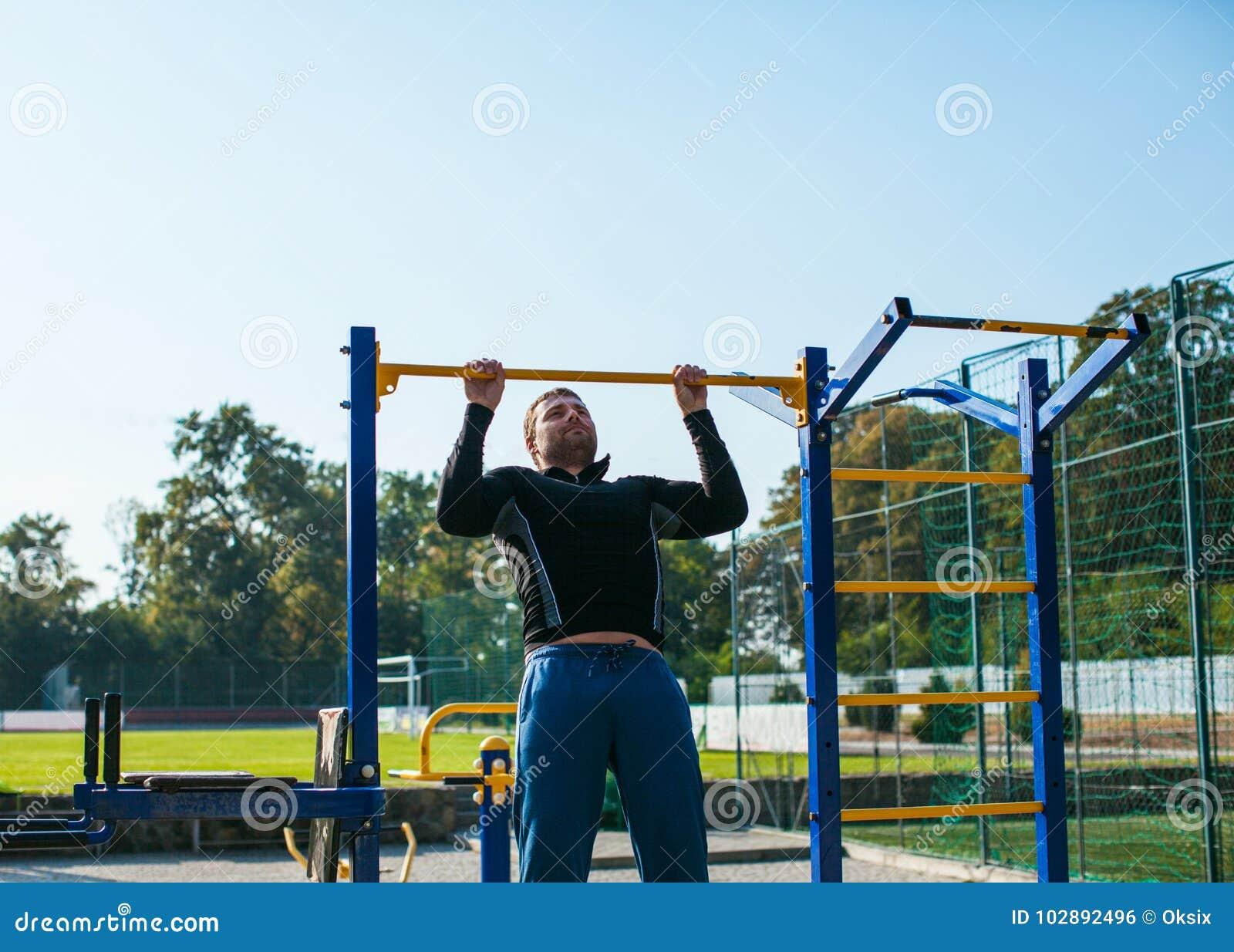 在标志横线的人锻炼