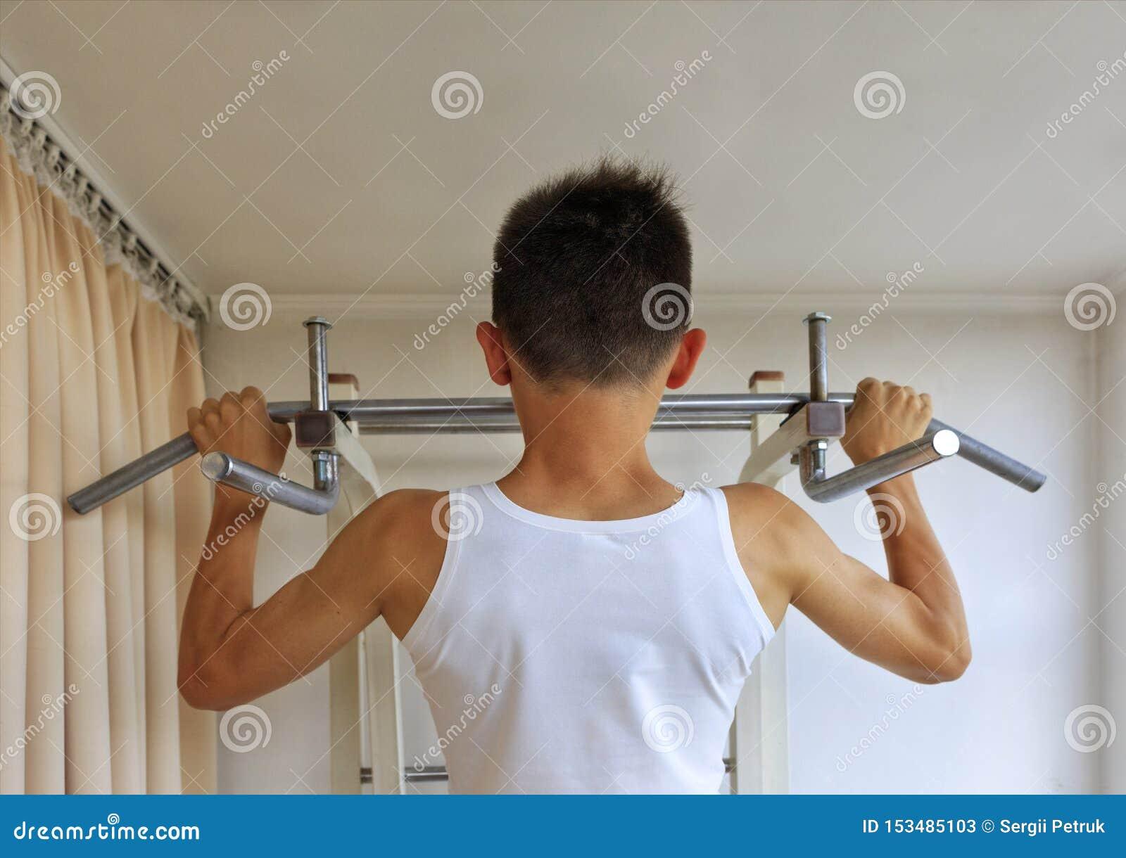 在标志横线的青少年的做的锻炼在家庭体育角落