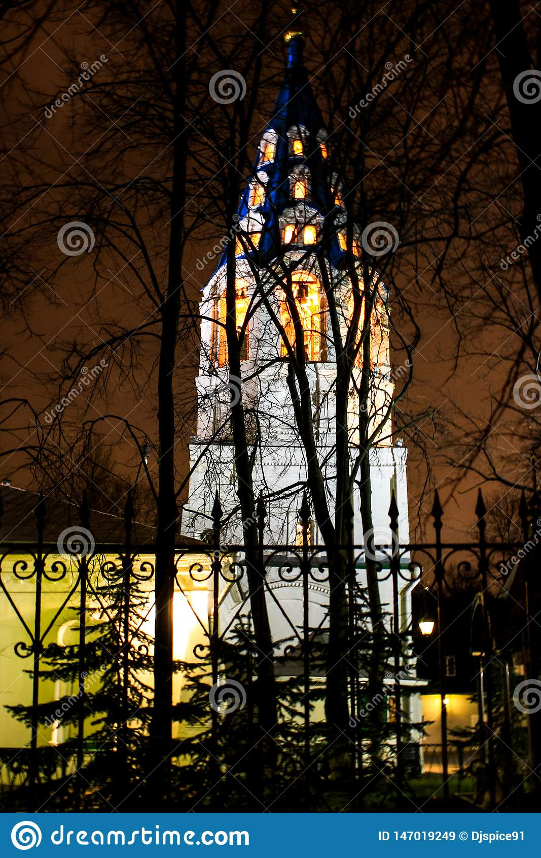 在树后的基督徒教堂