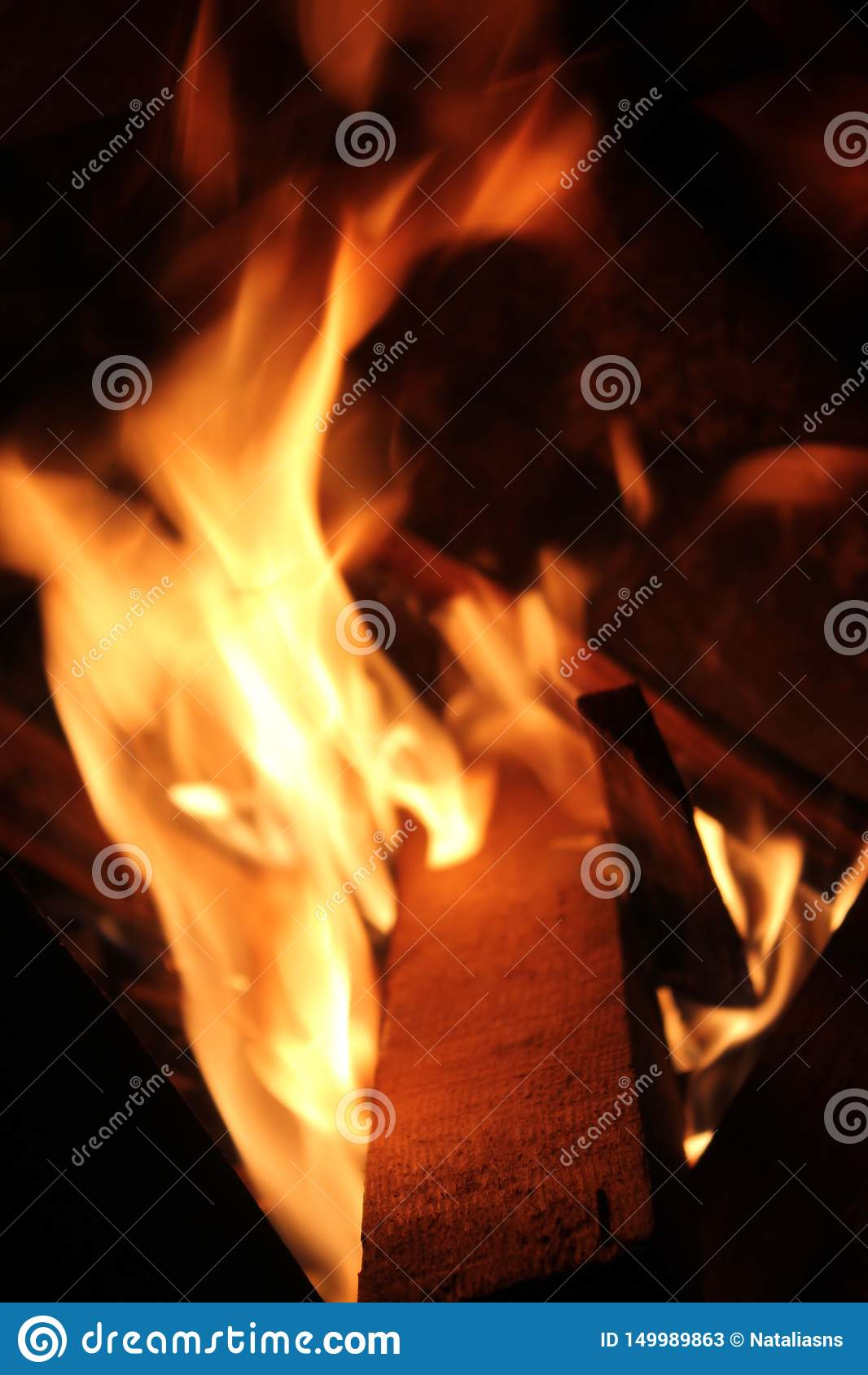 在格栅的燃烧的木片