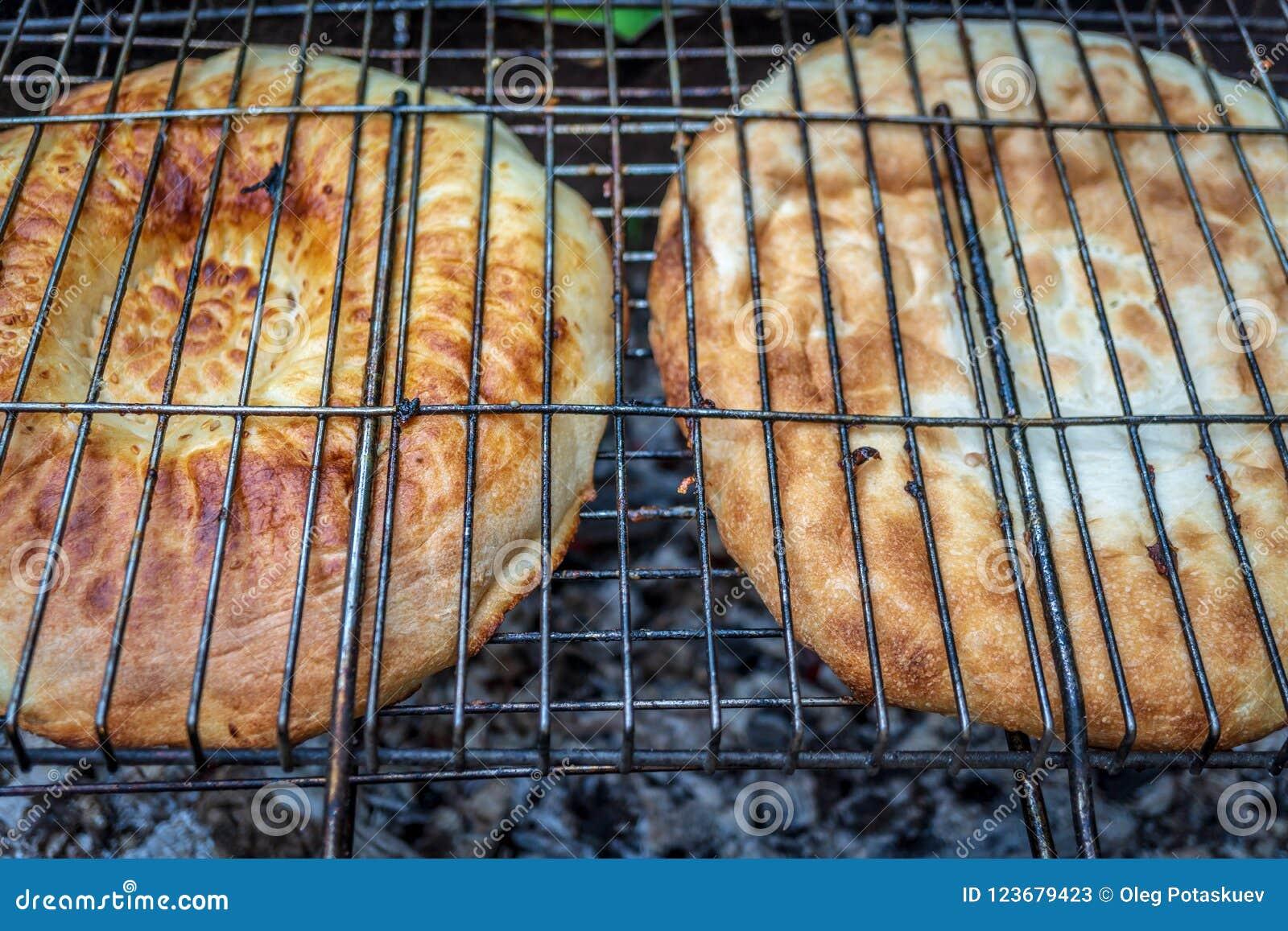 在格栅的面包与开火