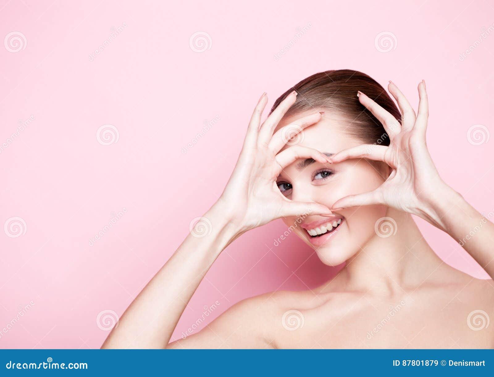 在桃红色的Beautyl女孩自然构成温泉护肤