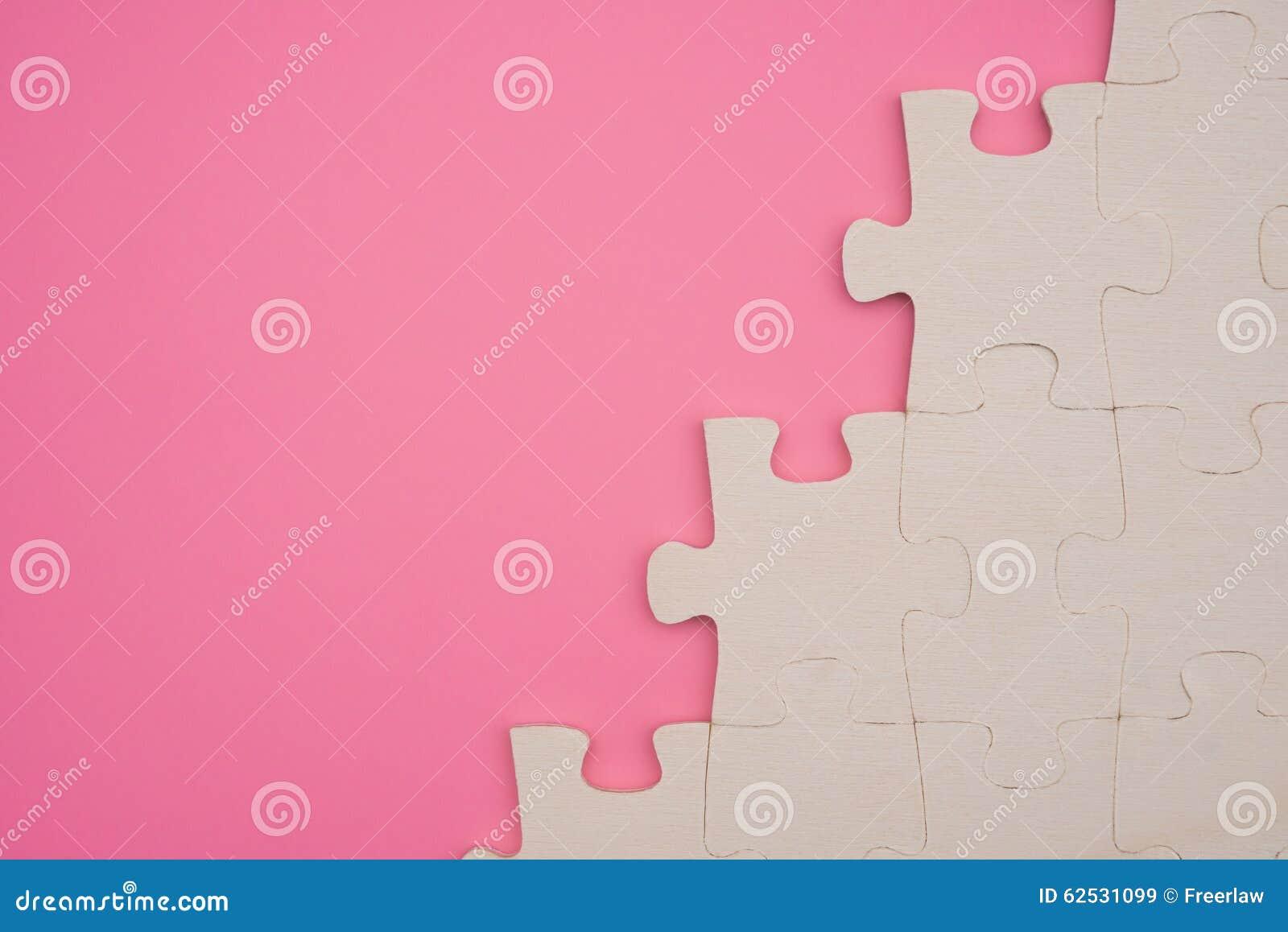 在桃红色背景的七巧板