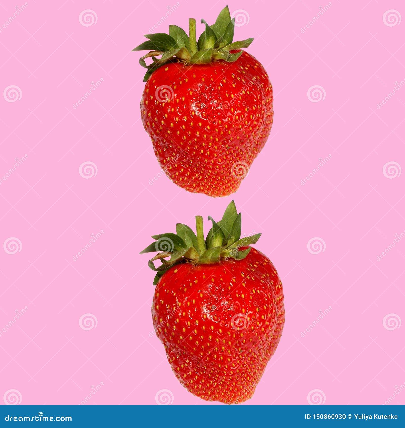 在桃红色背景的两个红色草莓