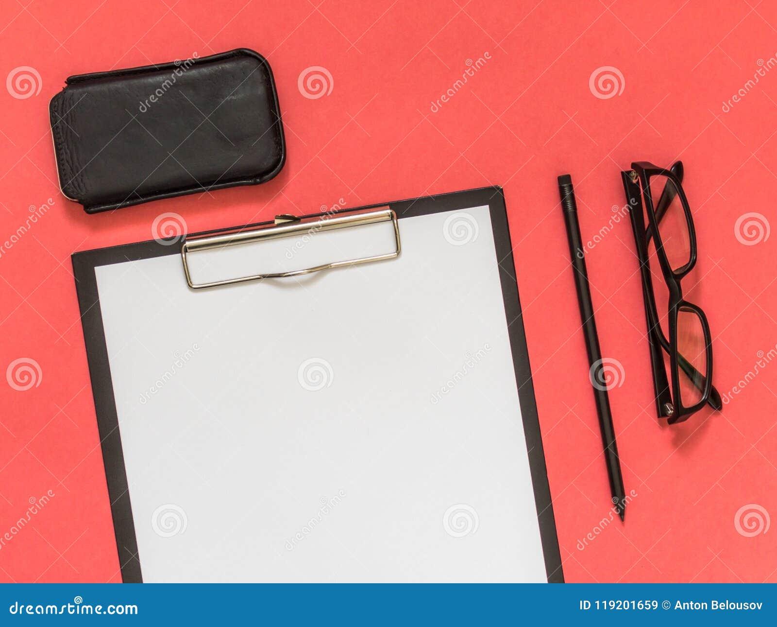 在桃红色背景的平的位置黑色企业辅助部件与blan
