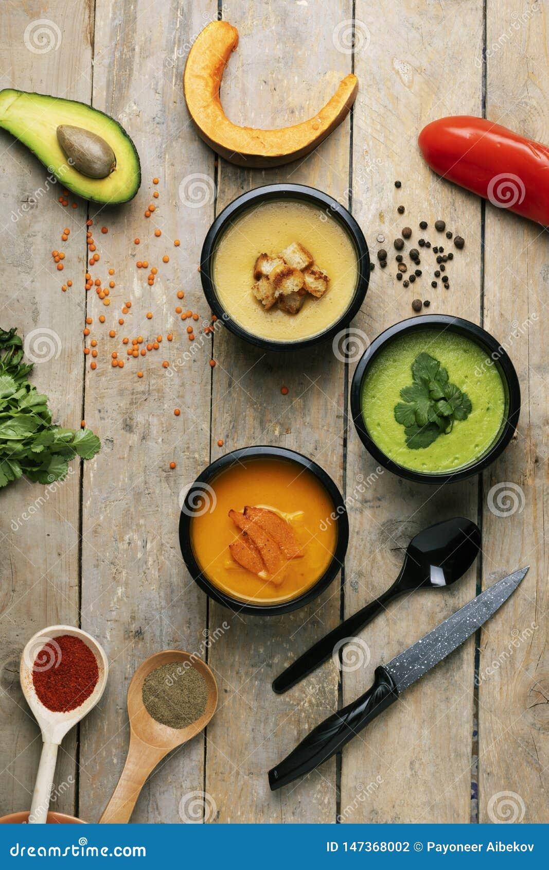 在桌上和胡椒驱散的豌豆,素食主义者饭食吃在食盒