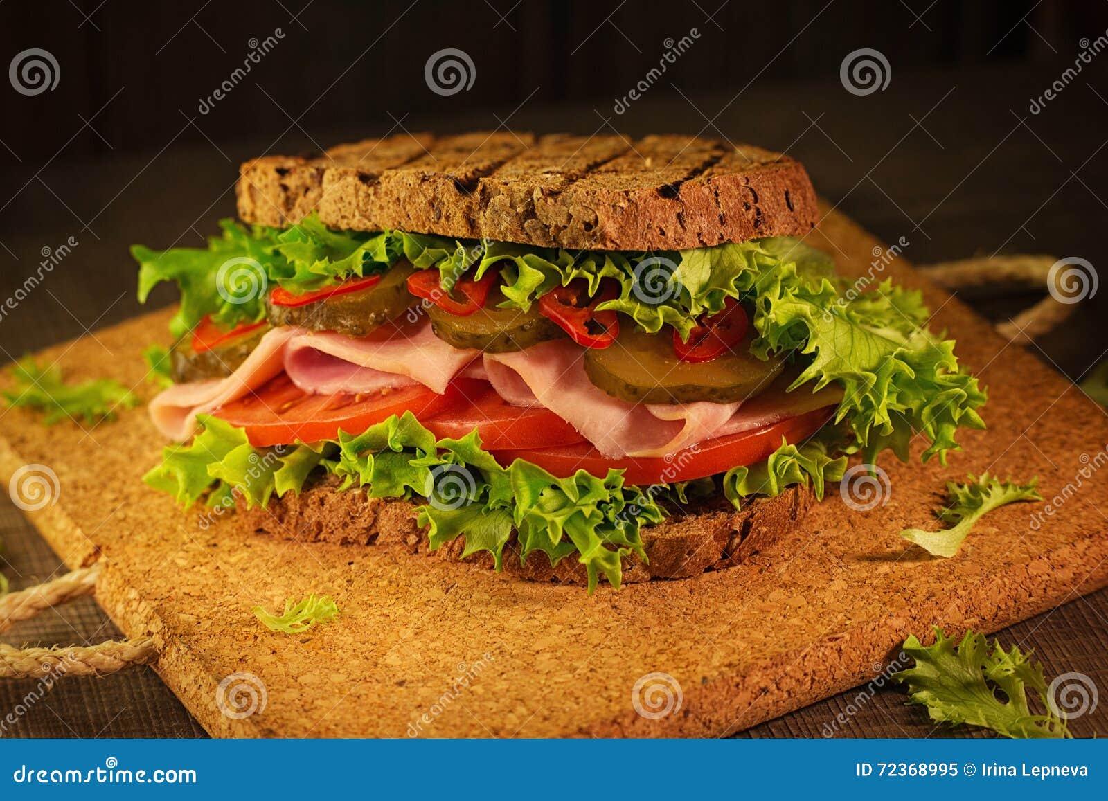 在桌上的多士三明治