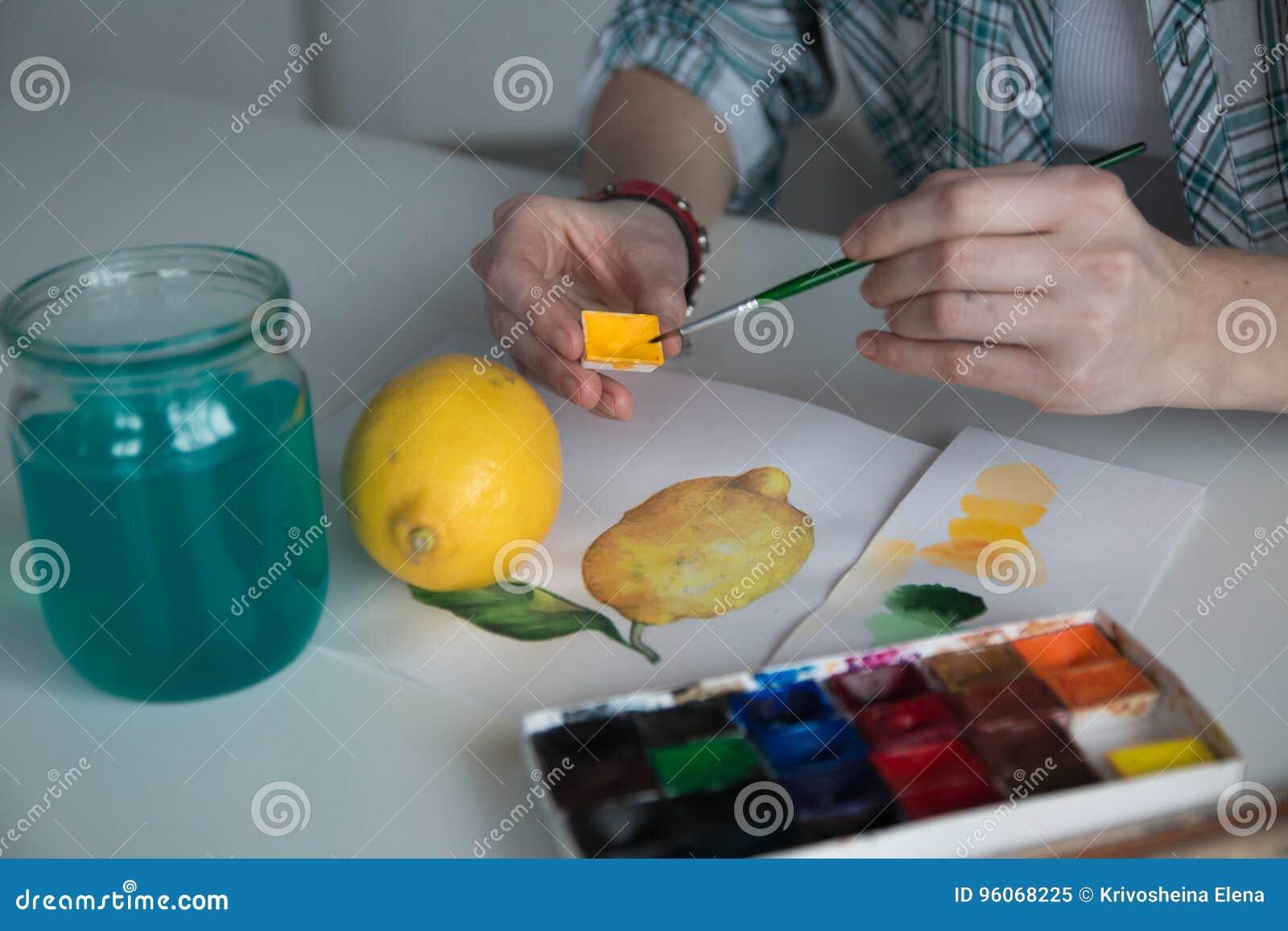 在桌上的女性艺术家` s手