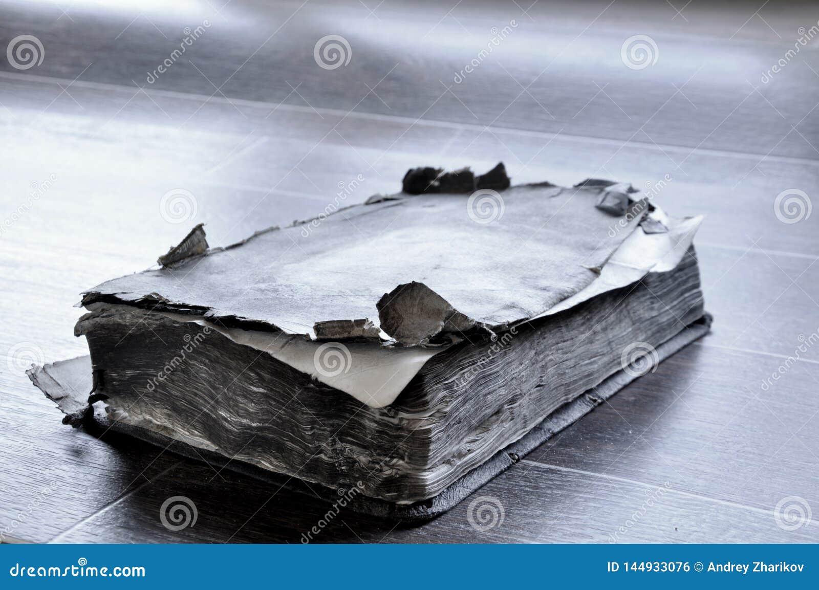 在桌上的旧书