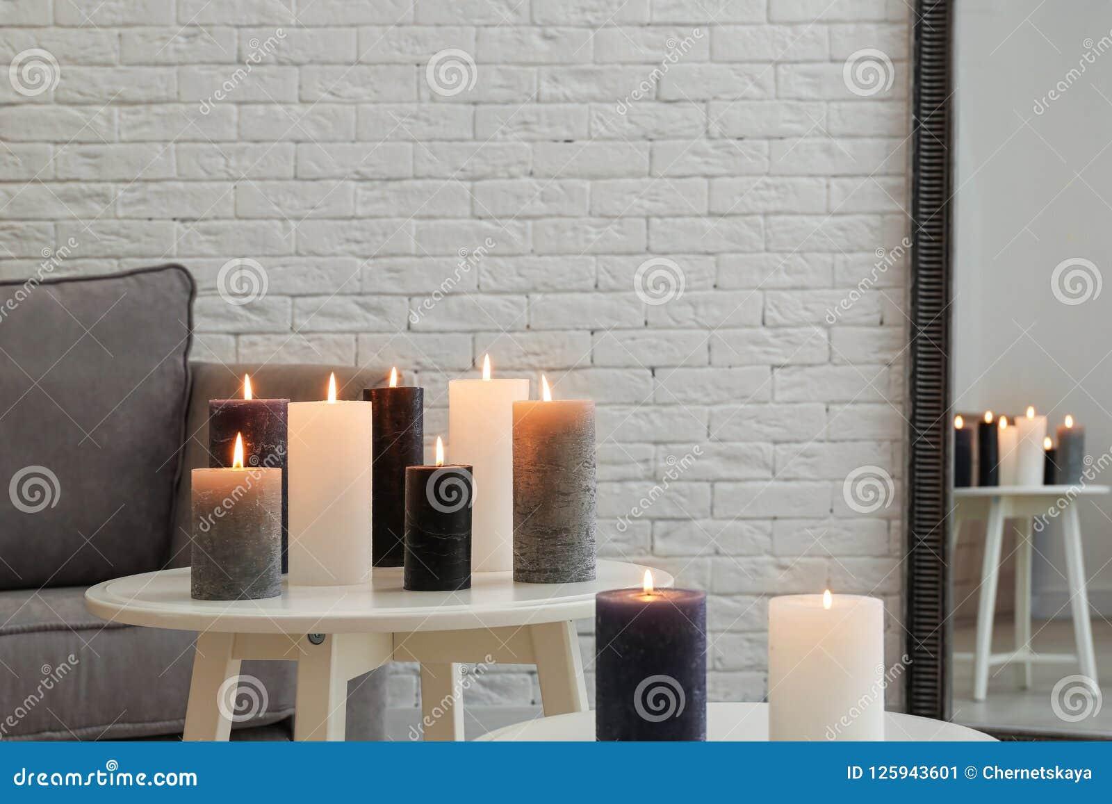 在桌上的灼烧的蜡烛