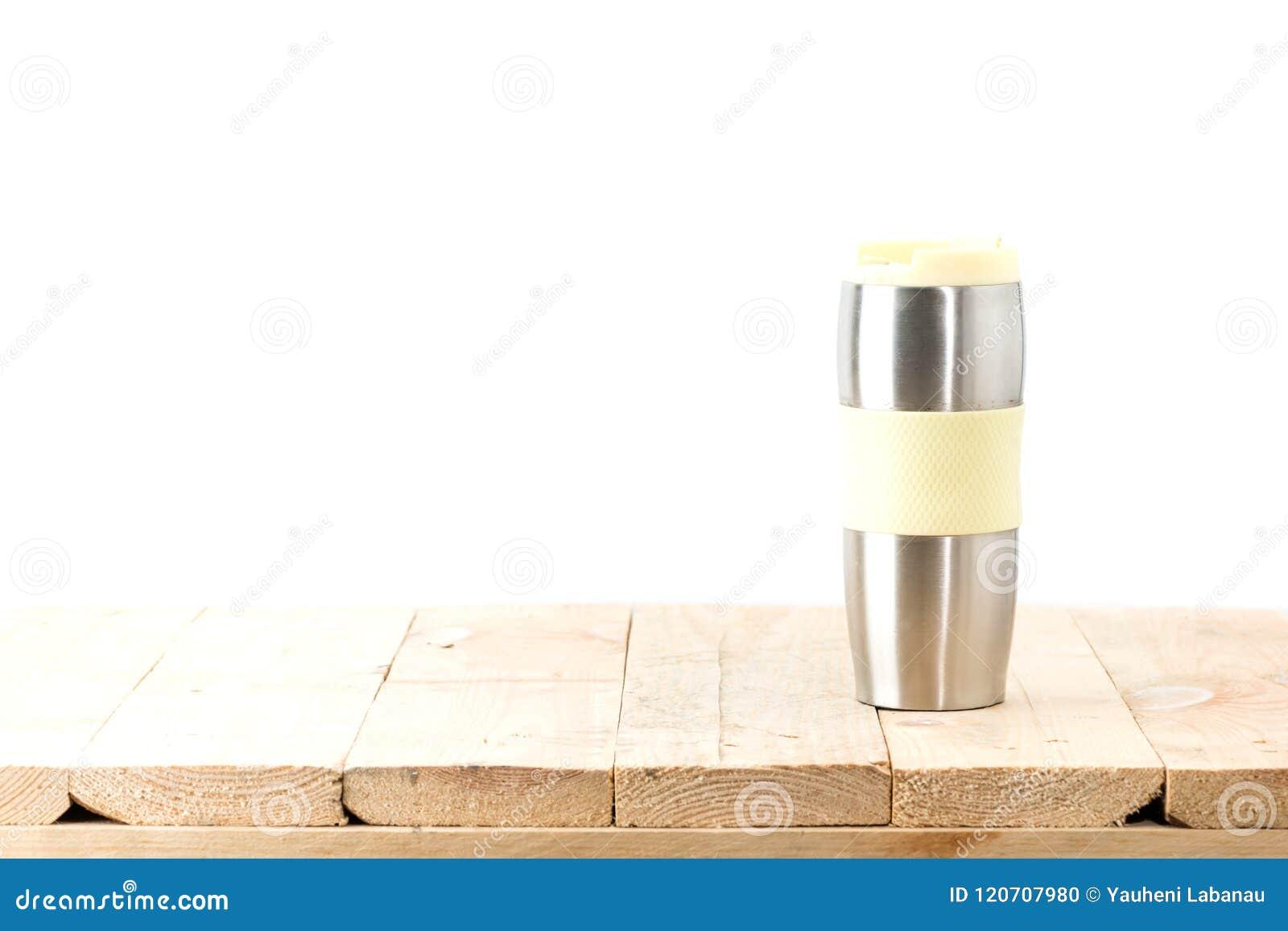 在桌上的热水瓶杯子