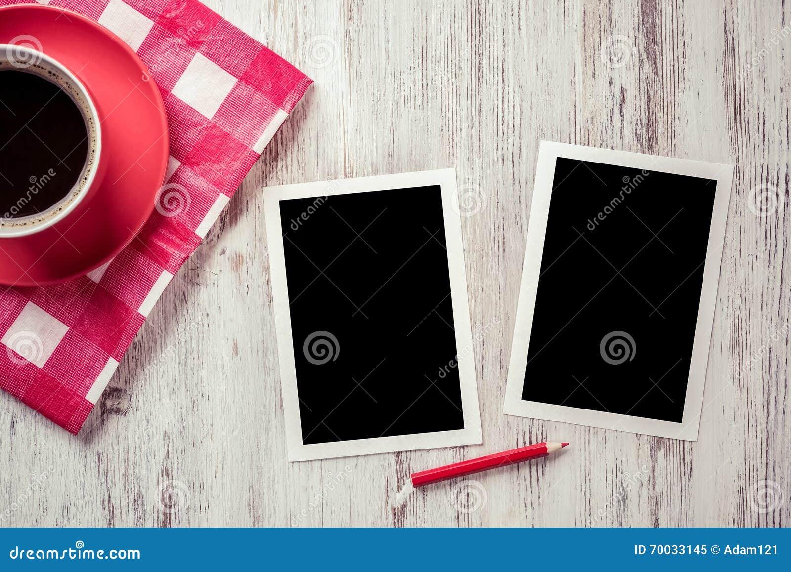 在桌上的空白的照片框架