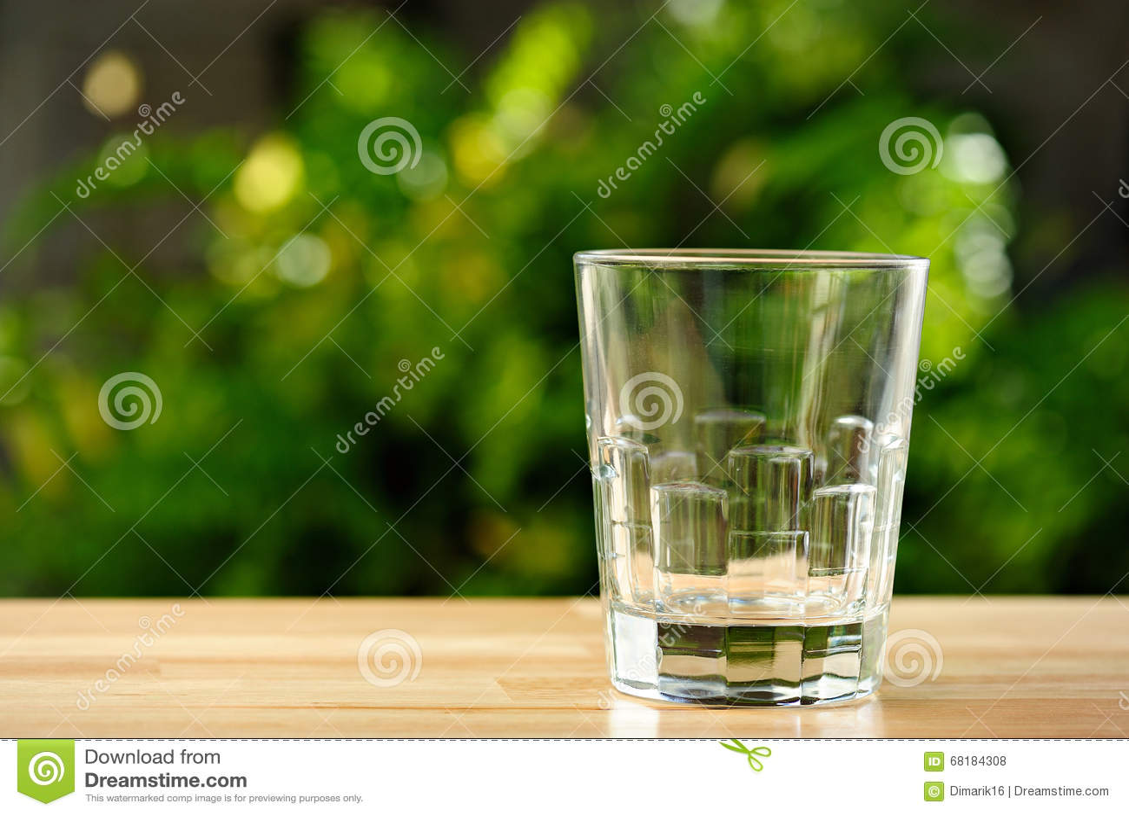 在桌上的空的玻璃