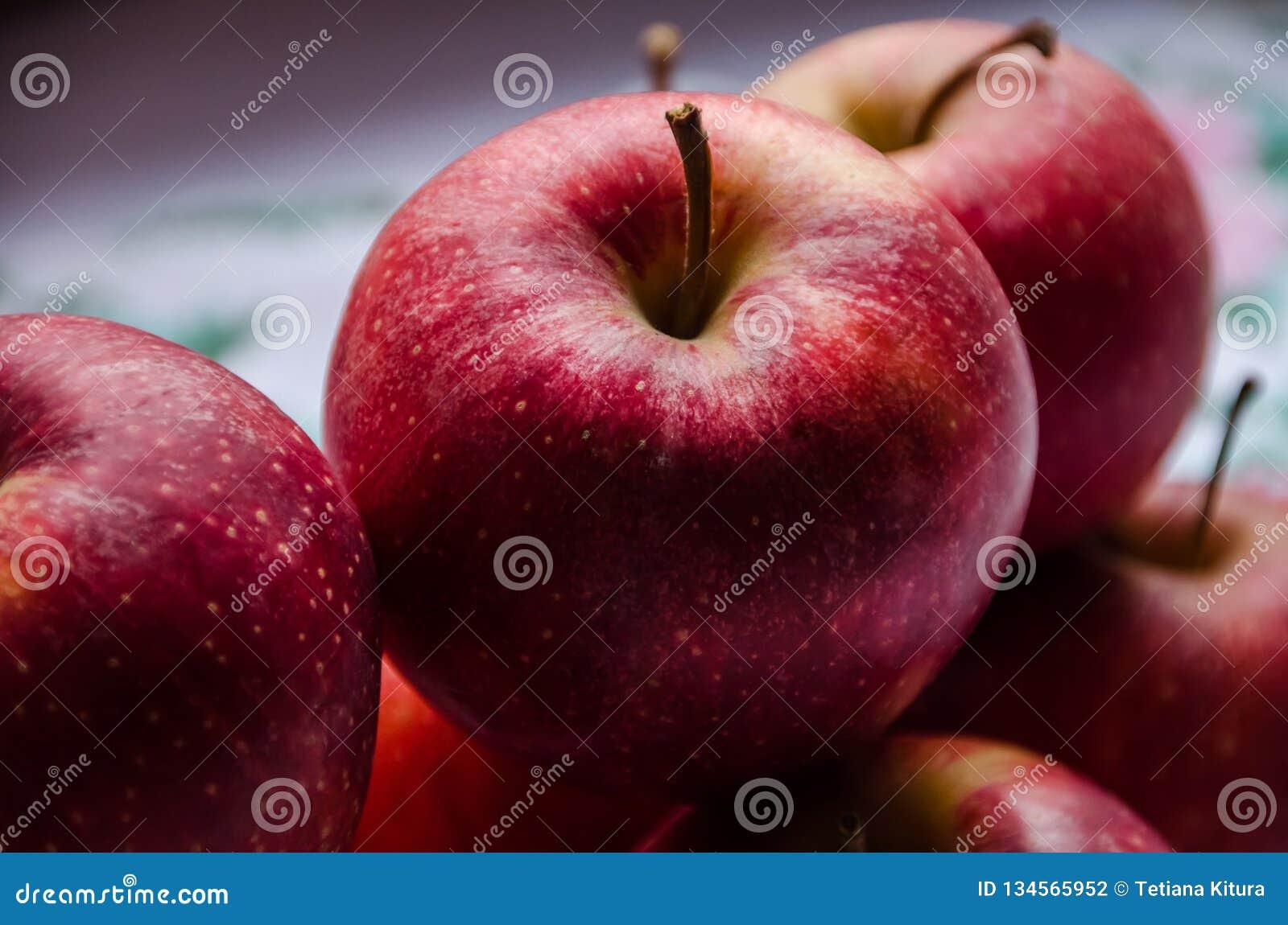在桌上的红色,美味,水多的苹果