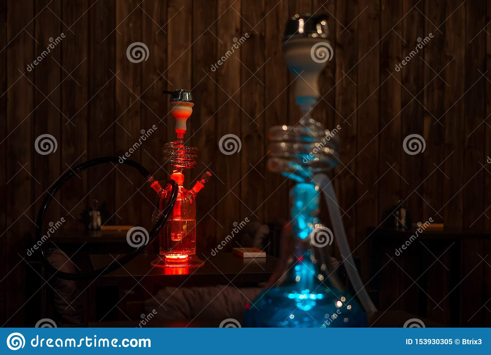 在桌上的美丽的玻璃水烟筒在酒吧