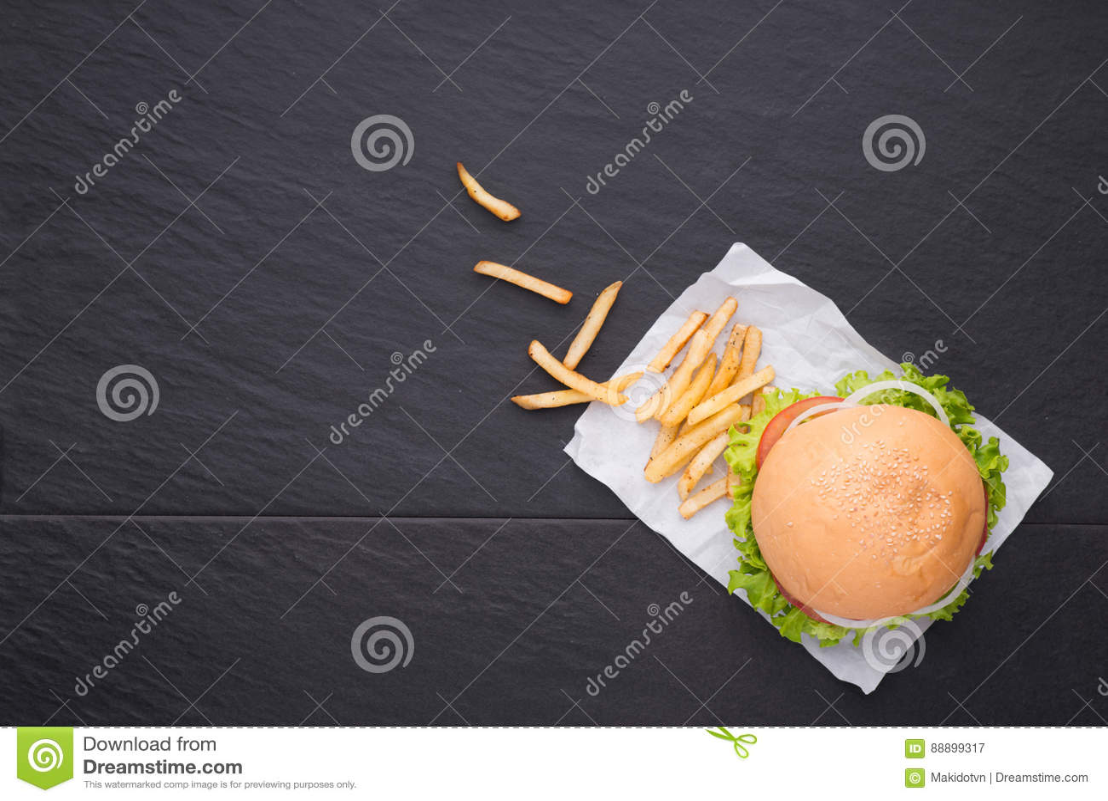 在桌上的自创汉堡 顶视图,拷贝空间,水平