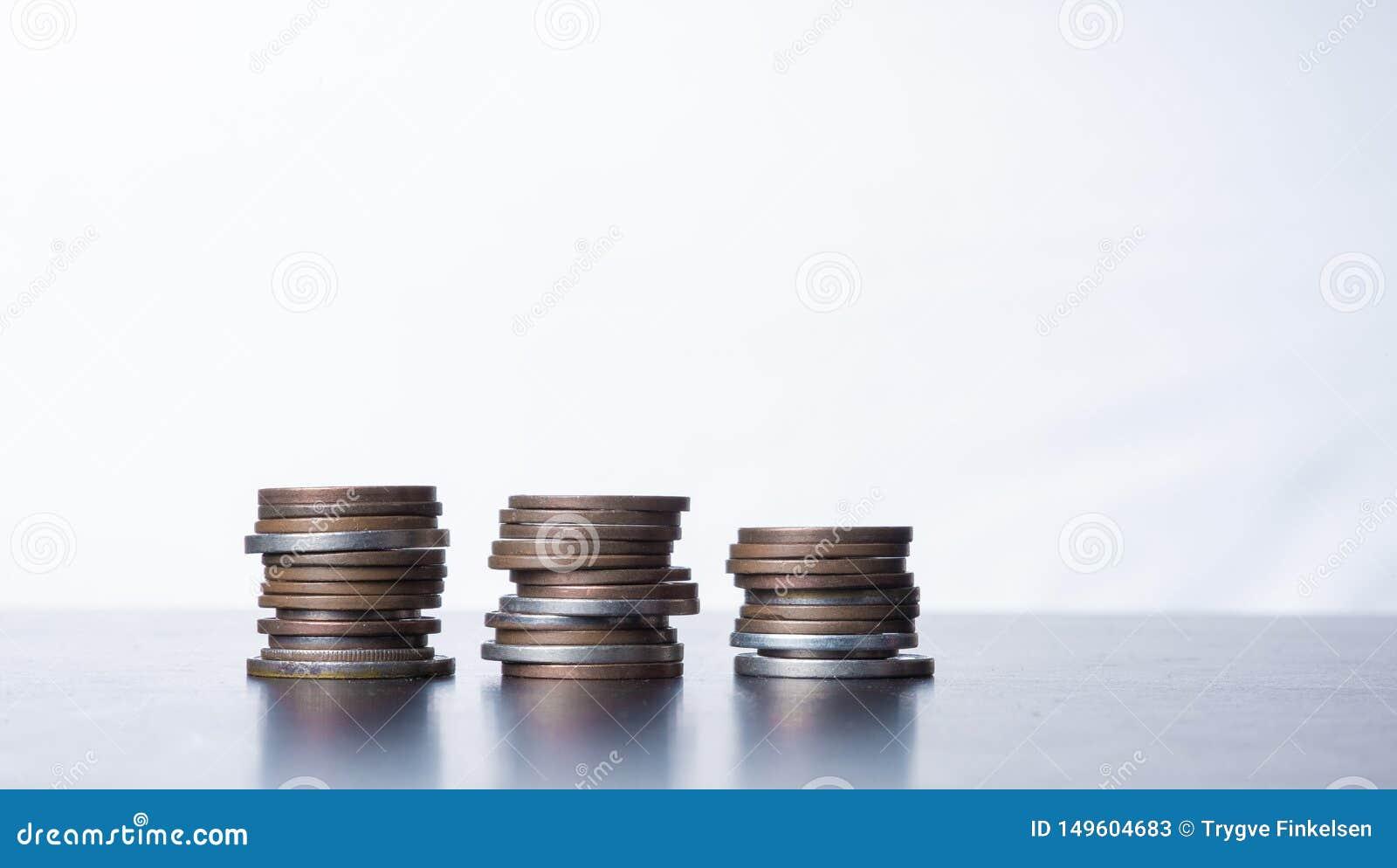 在桌上的被堆积的小硬币