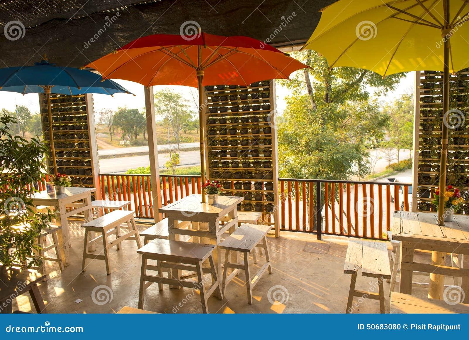 Download 在桌上的装饰花在咖啡店,泰国 库存照片. 图片 包括有 内部, 五颜六色, 阿诺德, 瓶子, 叶子, 花卉 - 50683080