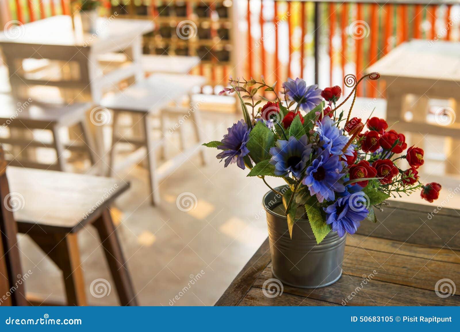 Download 在桌上的装饰花在咖啡店,泰国 库存图片. 图片 包括有 自然, 织品, 农村, 瓶子, 装饰, 芬芳, 叶子 - 50683105