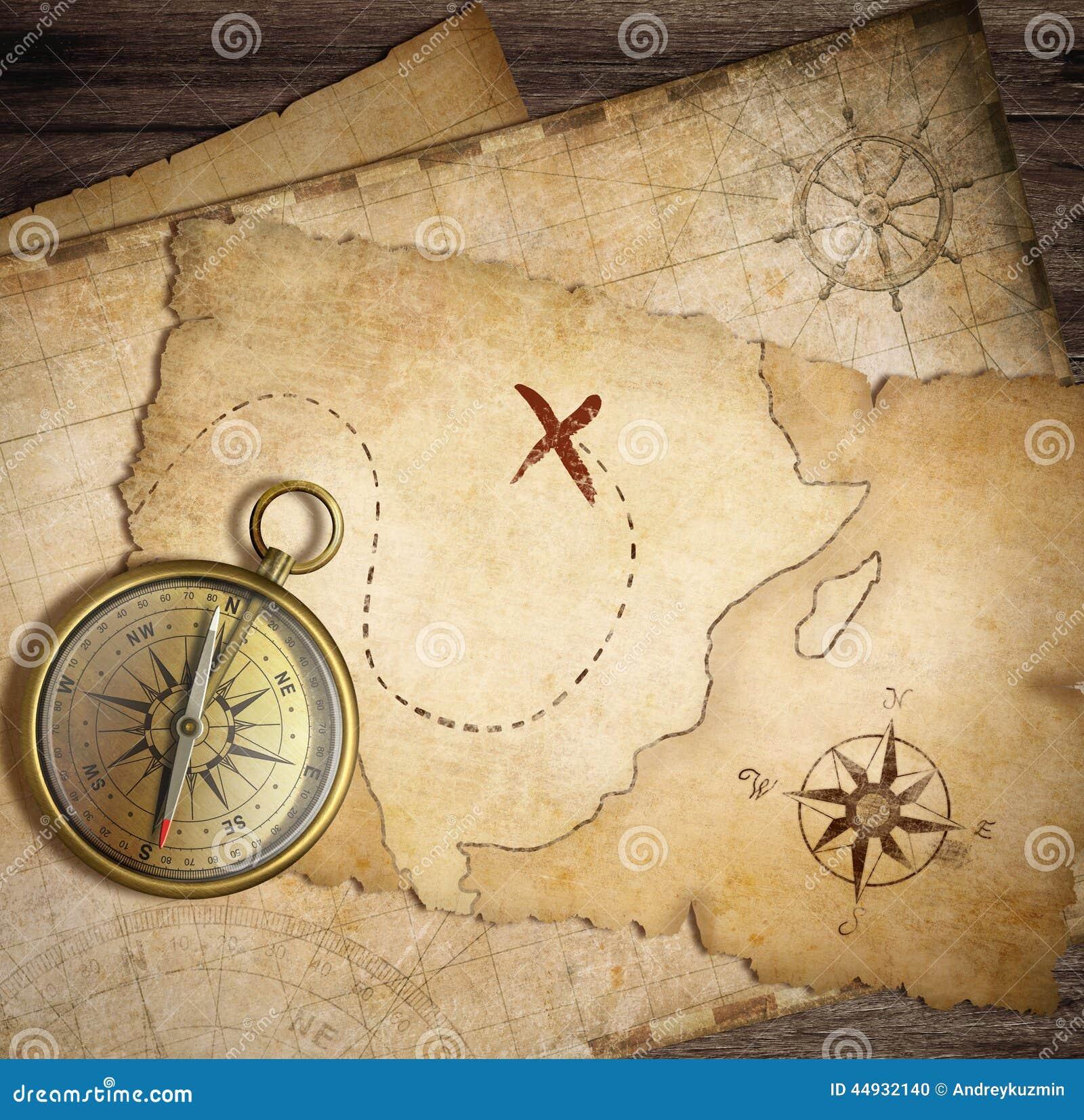 在桌上的年迈的黄铜船舶指南针与老地图