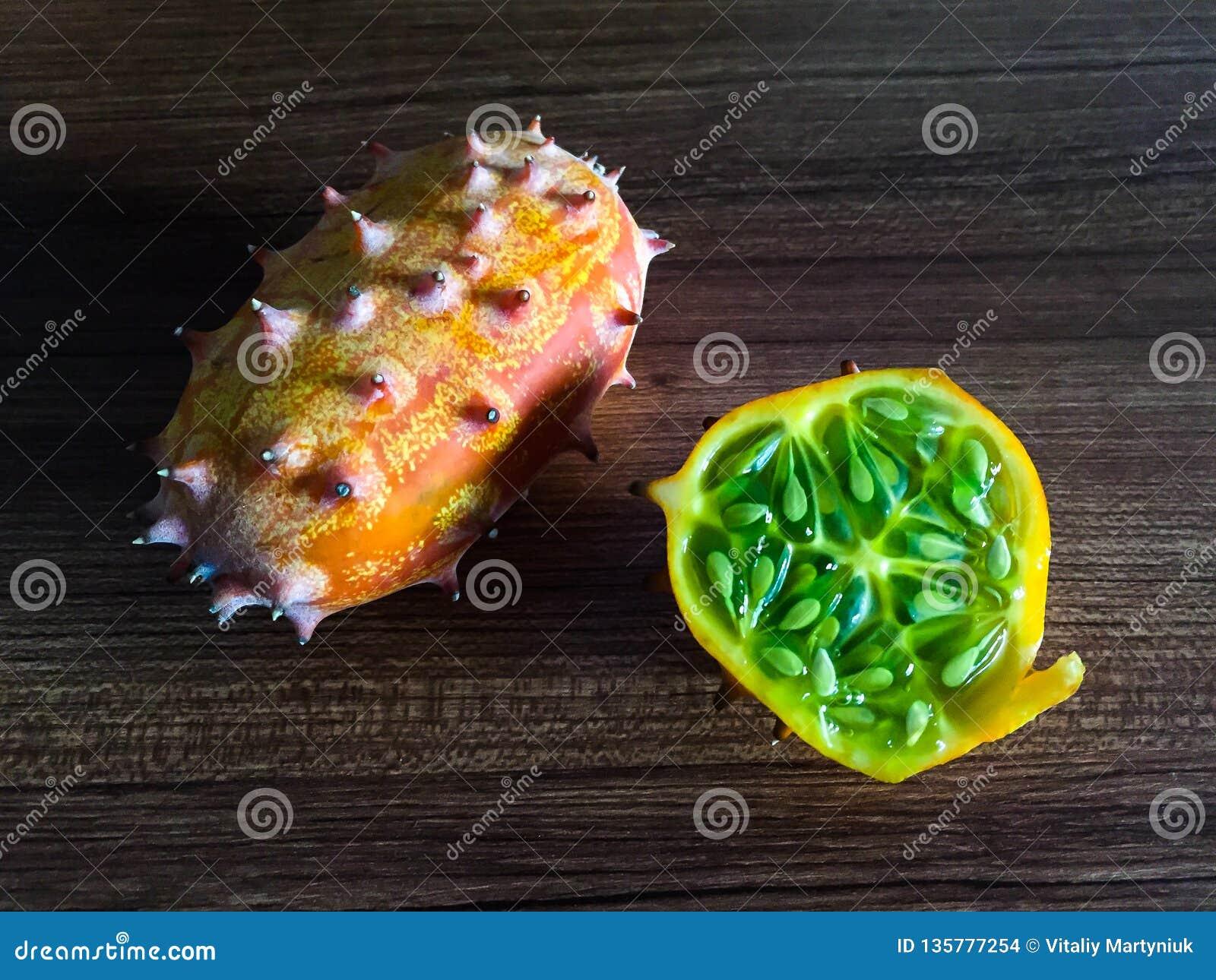 在桌上的Kiwano有角的瓜