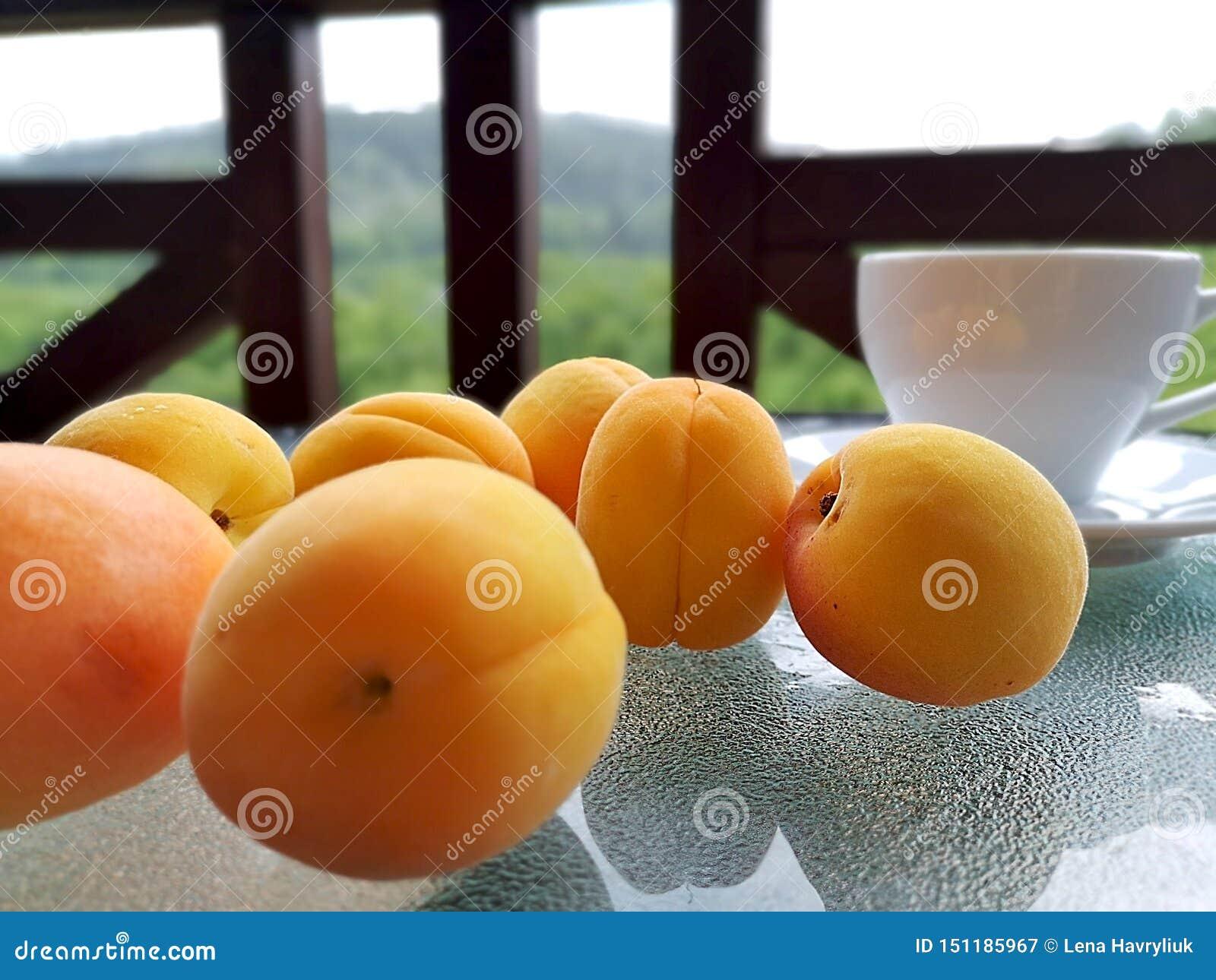 在桌上驱散的新鲜的杏子