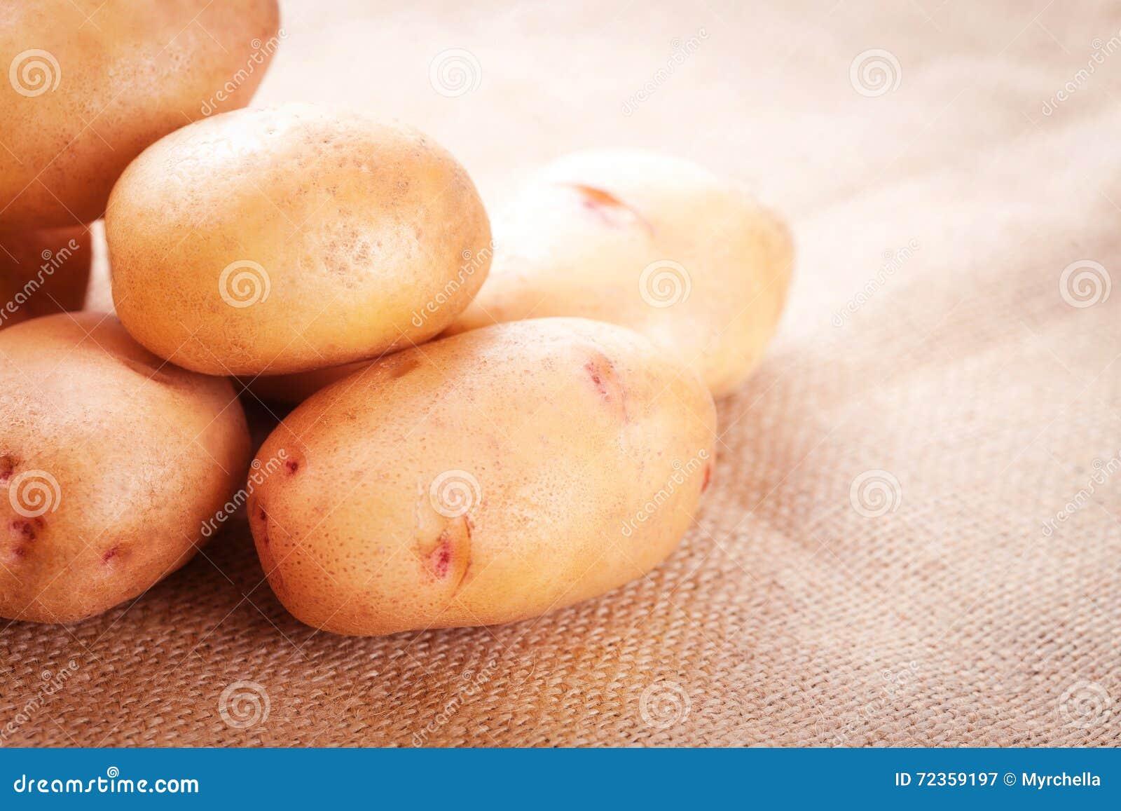 在桌特写镜头的土豆肿胀