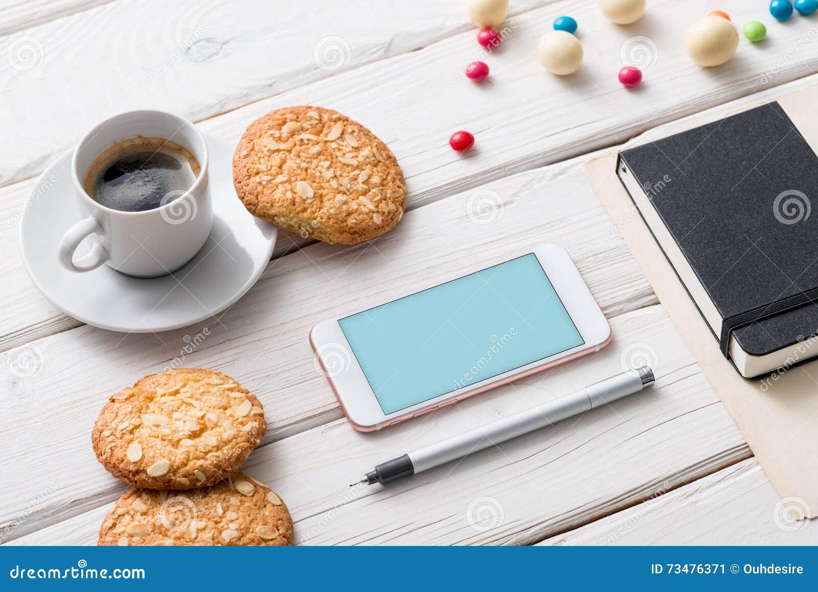 在桌面上的白色巧妙的电话 包括的裁减路线