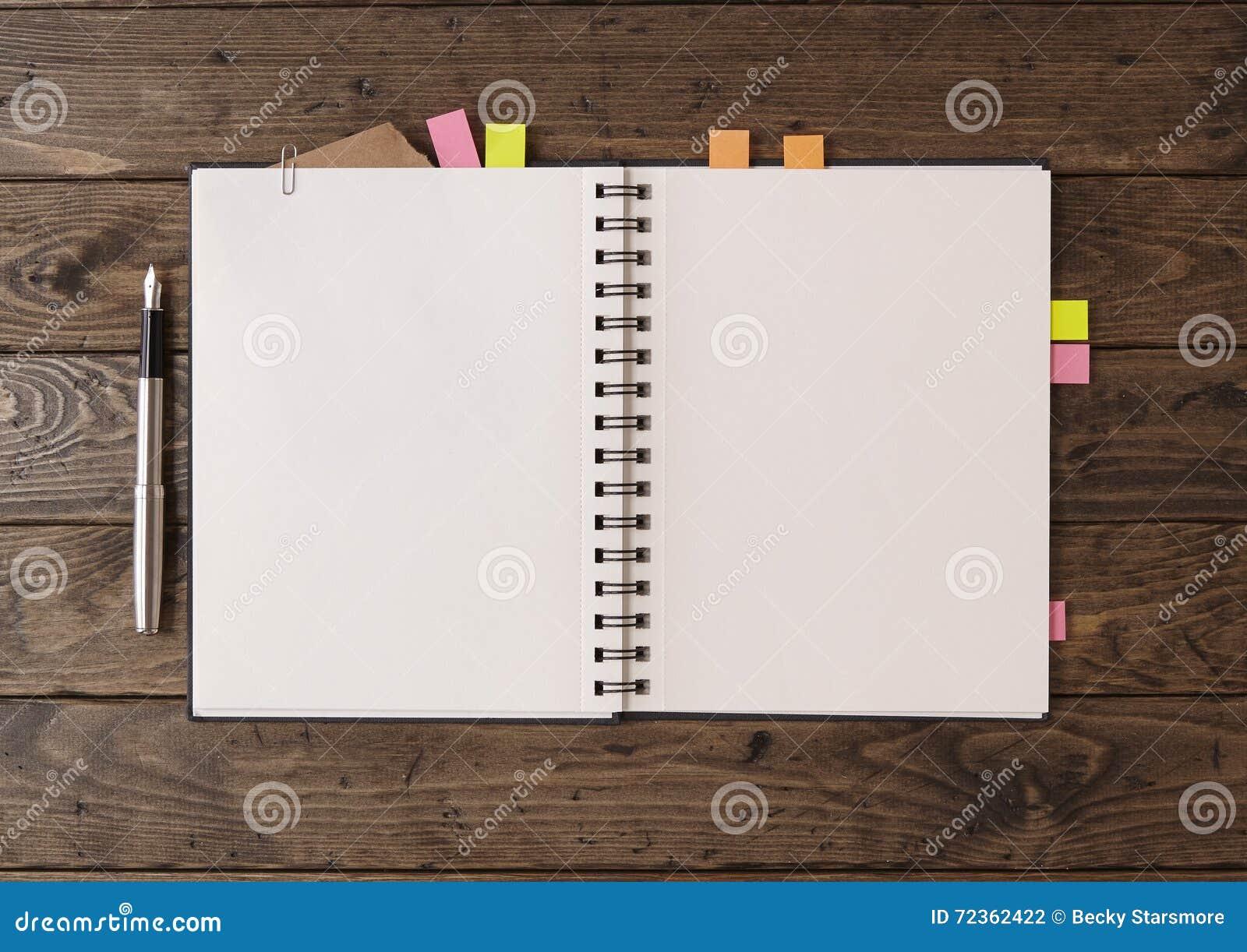 在桌面上的笔记本
