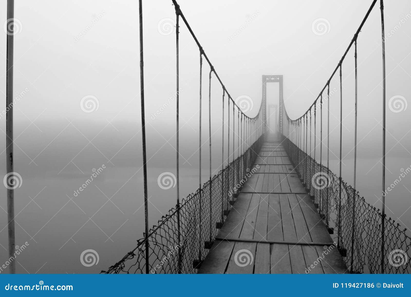 在桥梁创造的雾