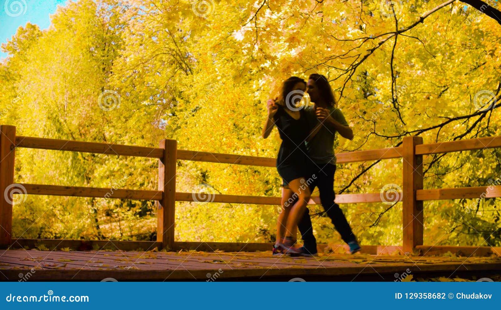 在桥梁的年轻愉快的夫妇跳舞 股票录像