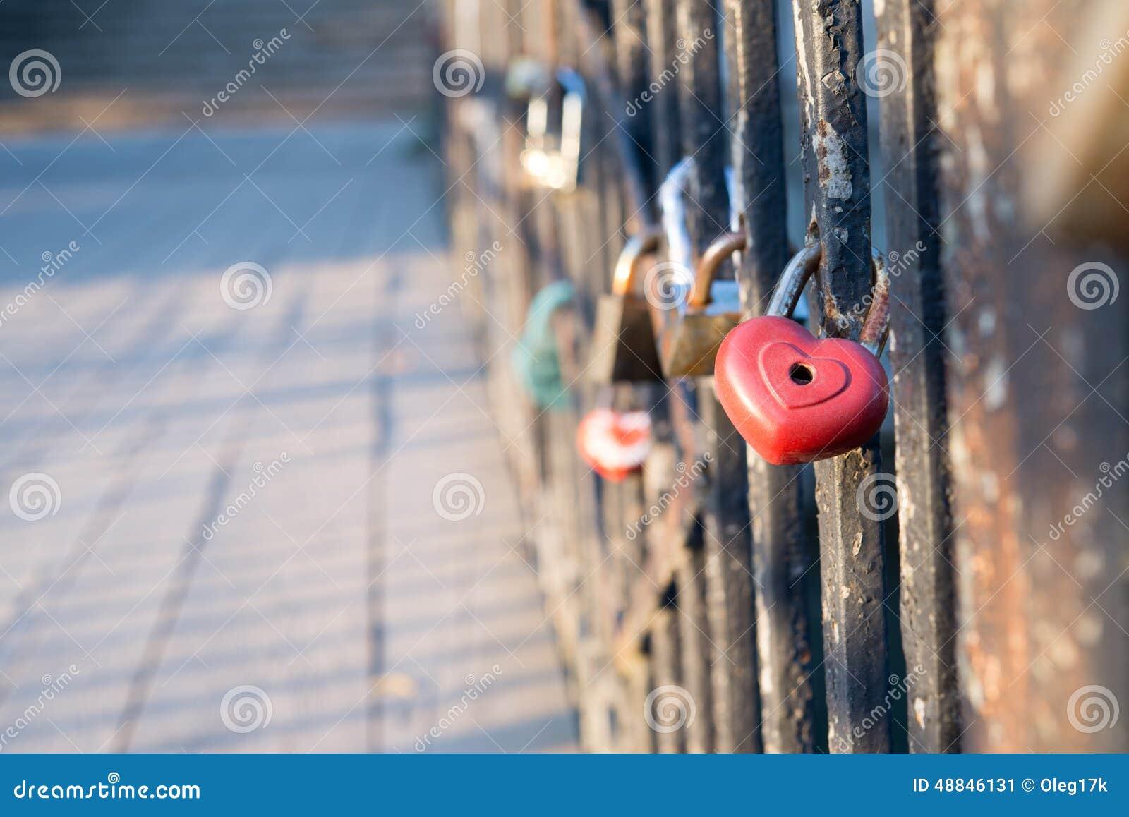 在桥梁的爱锁
