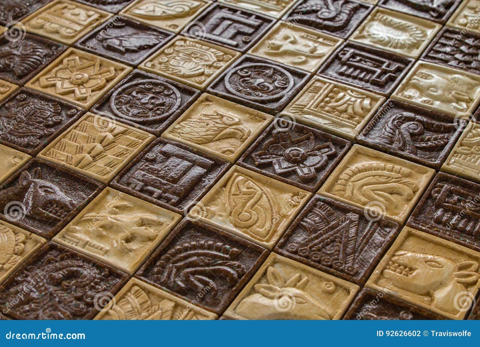 在棋盘的古老玛雅动物雕刻棋的作战概念和马和鱼和太阳神和当地美洲印第安人l