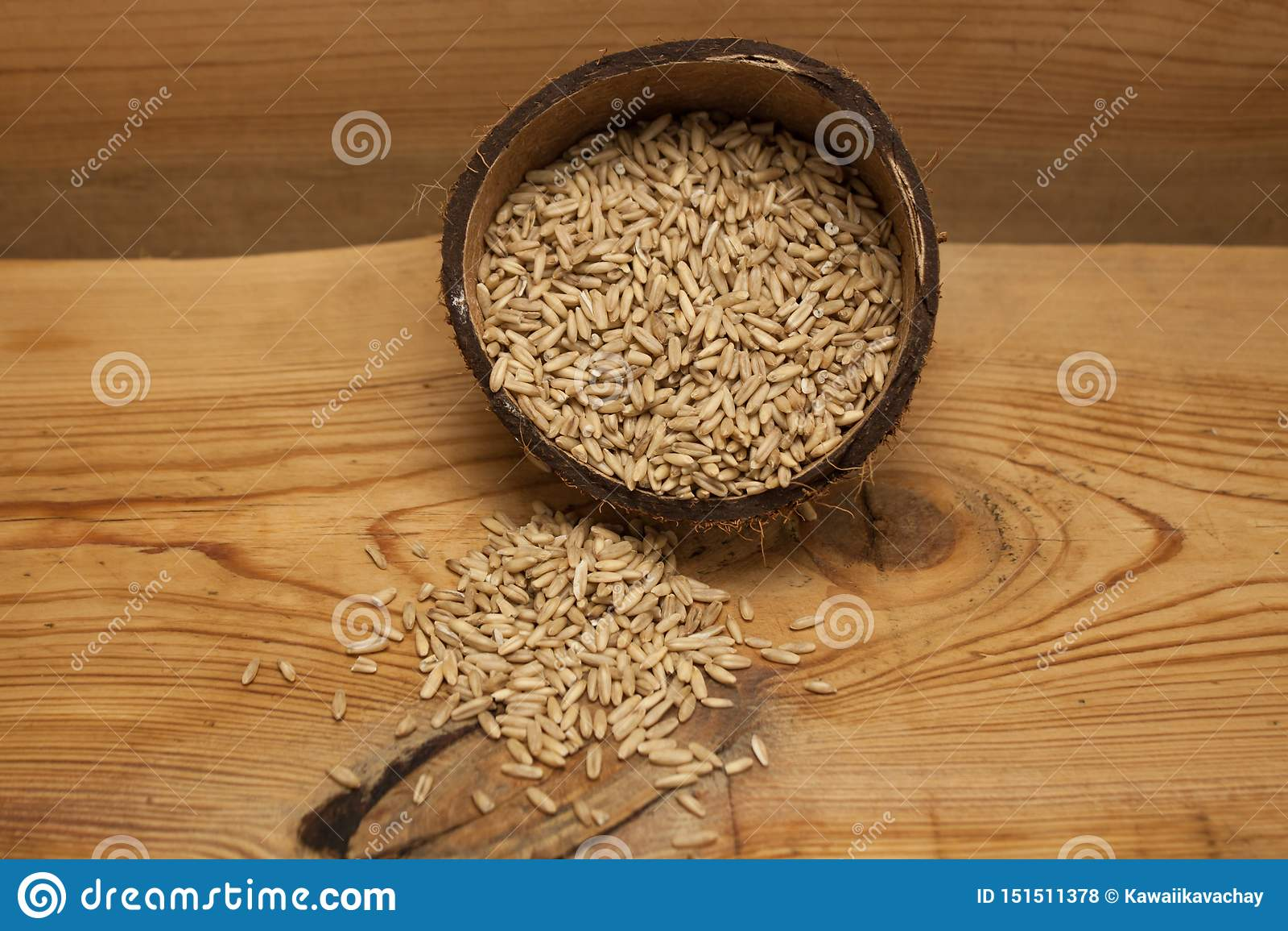 在椰子壳,成份的未加工的燕麦五谷在木背景的可口健康早餐,拷贝空间