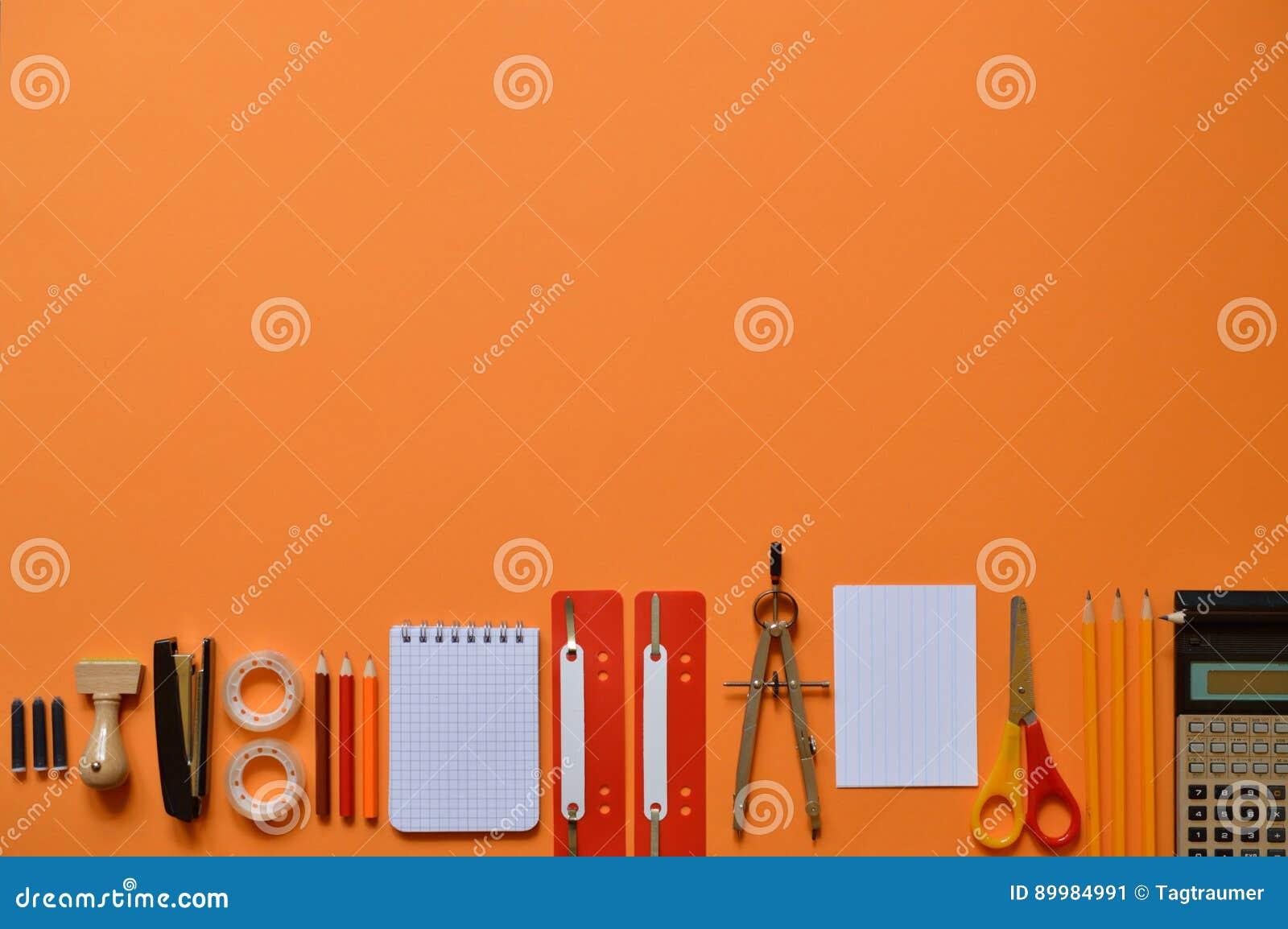 在橙色纸板的办公室或学校用品