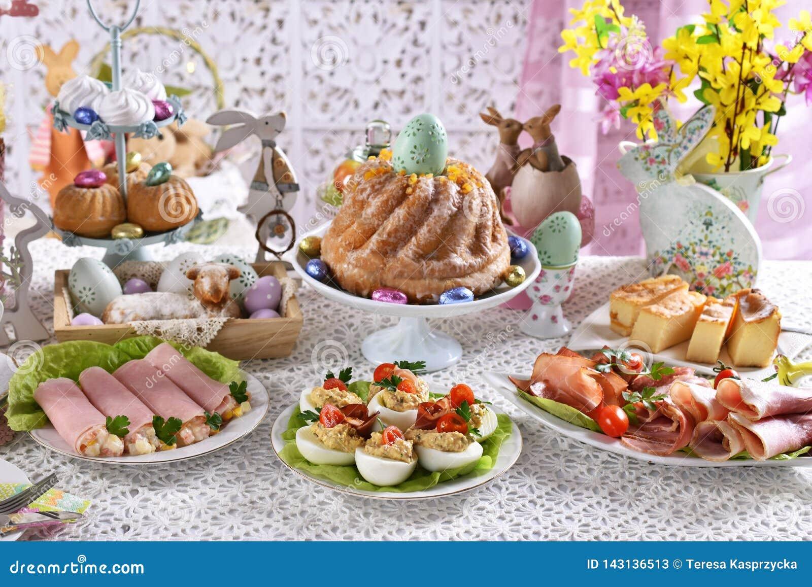 在欢乐桌上的传统复活节早餐