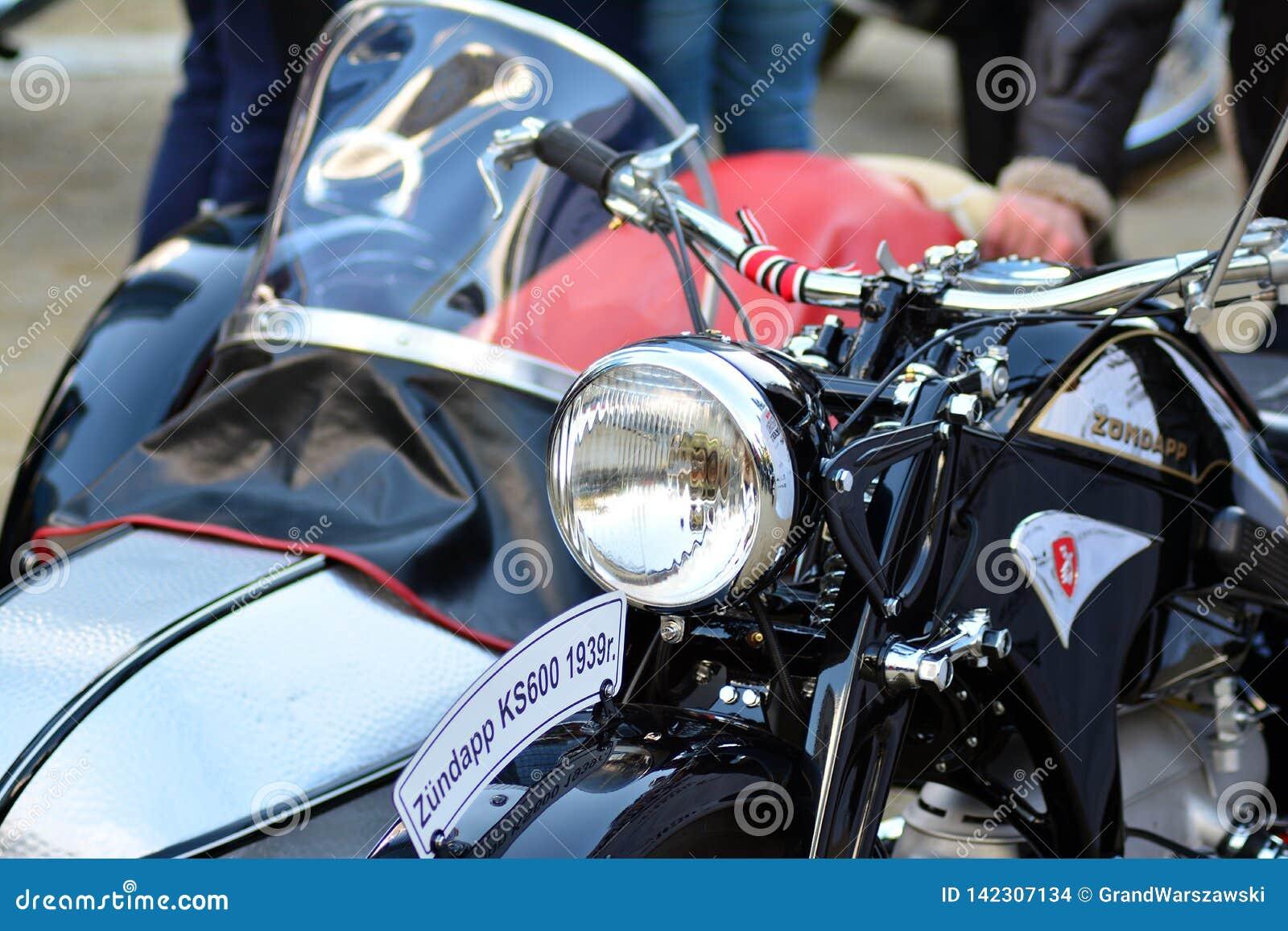 在欧洲正方形的卓越的绅士的乘驾 在摩托车集会的习惯摩托车