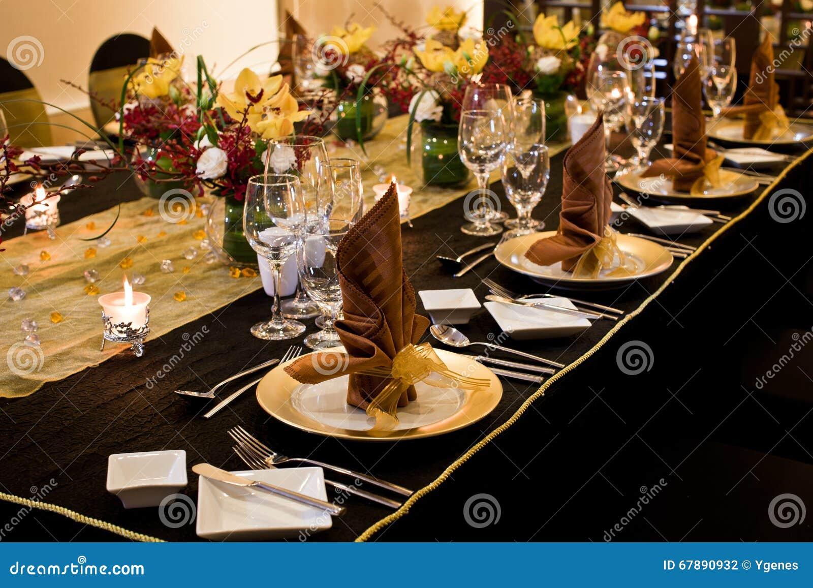 在正式桌设置的被折叠的餐巾
