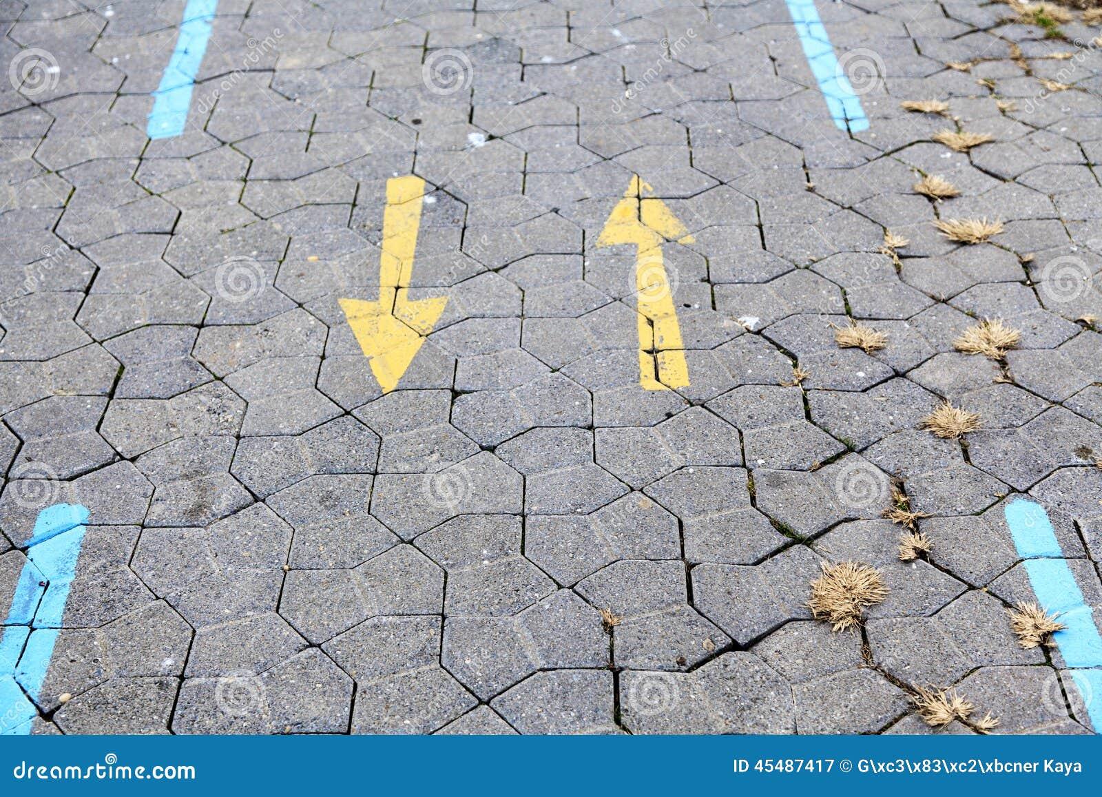 在步行途中的黄色箭头